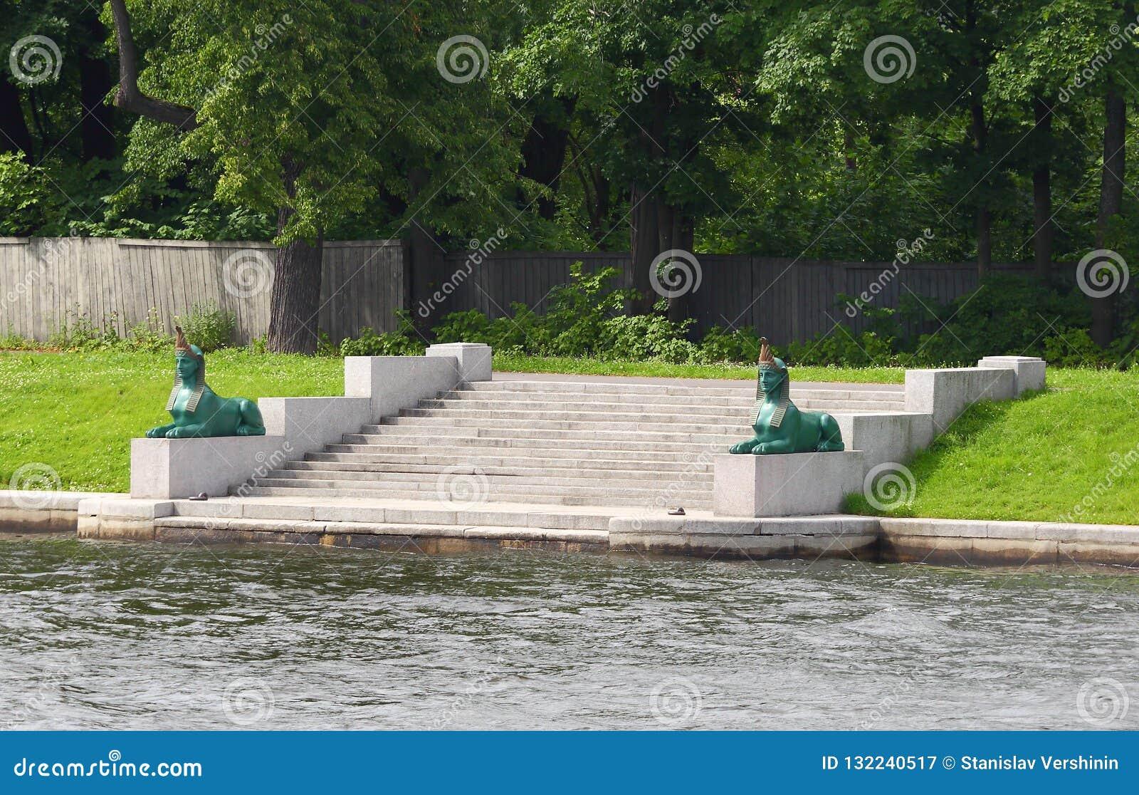 Les sphinx sur Malaya Nevka
