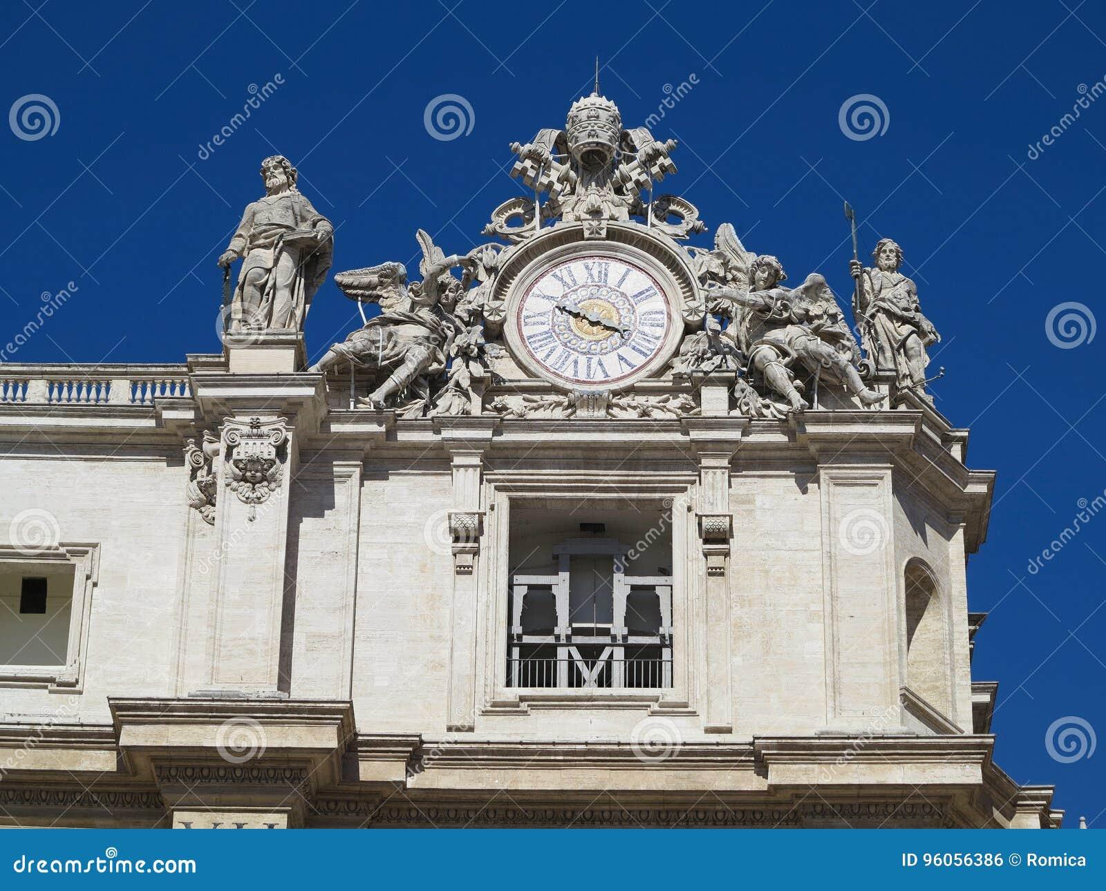 Les statues et les détails architecturaux sur St Peter ajustent dans Vatic