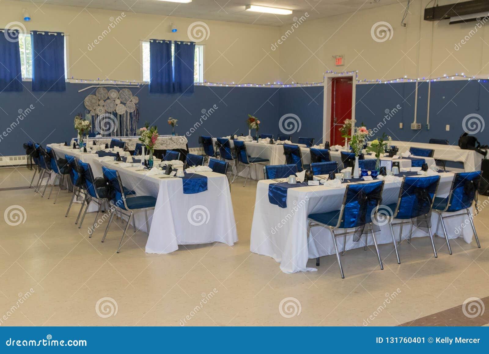 Les Tableaux et les chaises préparent pour la réception l épousant
