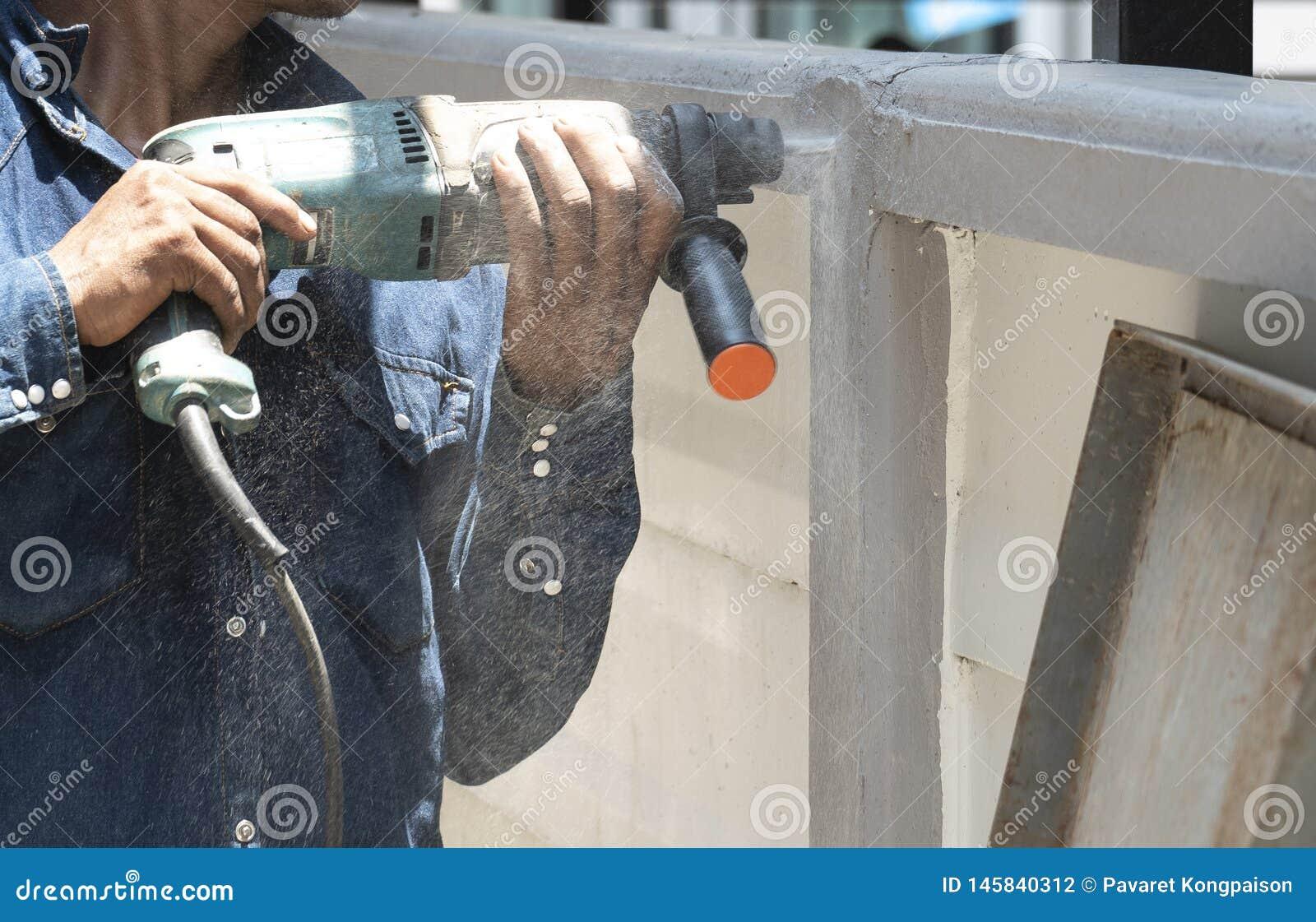 Les techniciens utilisent des foreuses de tuyau en m?tal