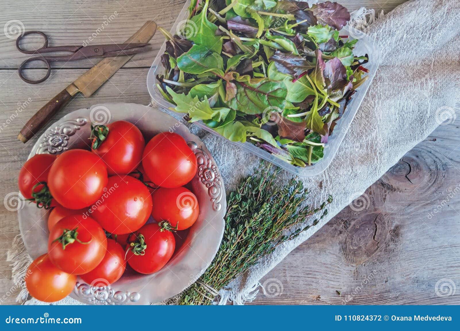 Différentes Variétés De Thym les tomates sur une belle vieille plaque de métal avec un