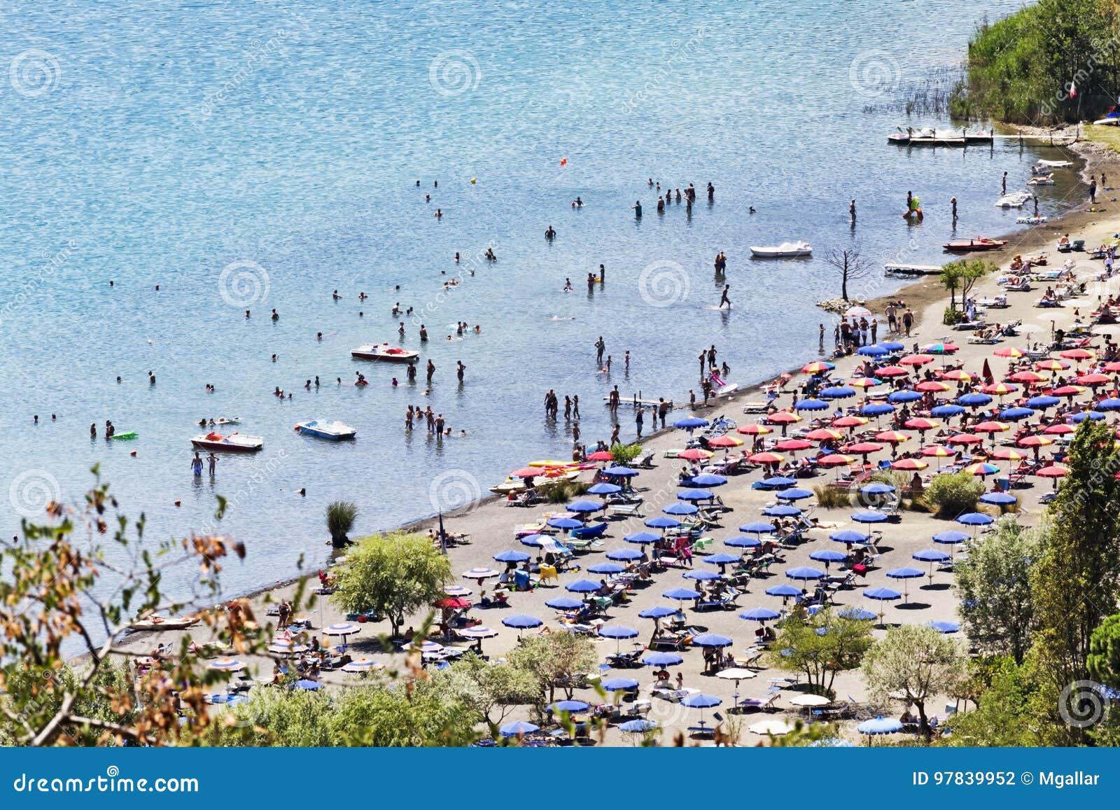 Les touristes apprécient le soleil et des watersports dans le lac de volcan de Castel Gandolfo