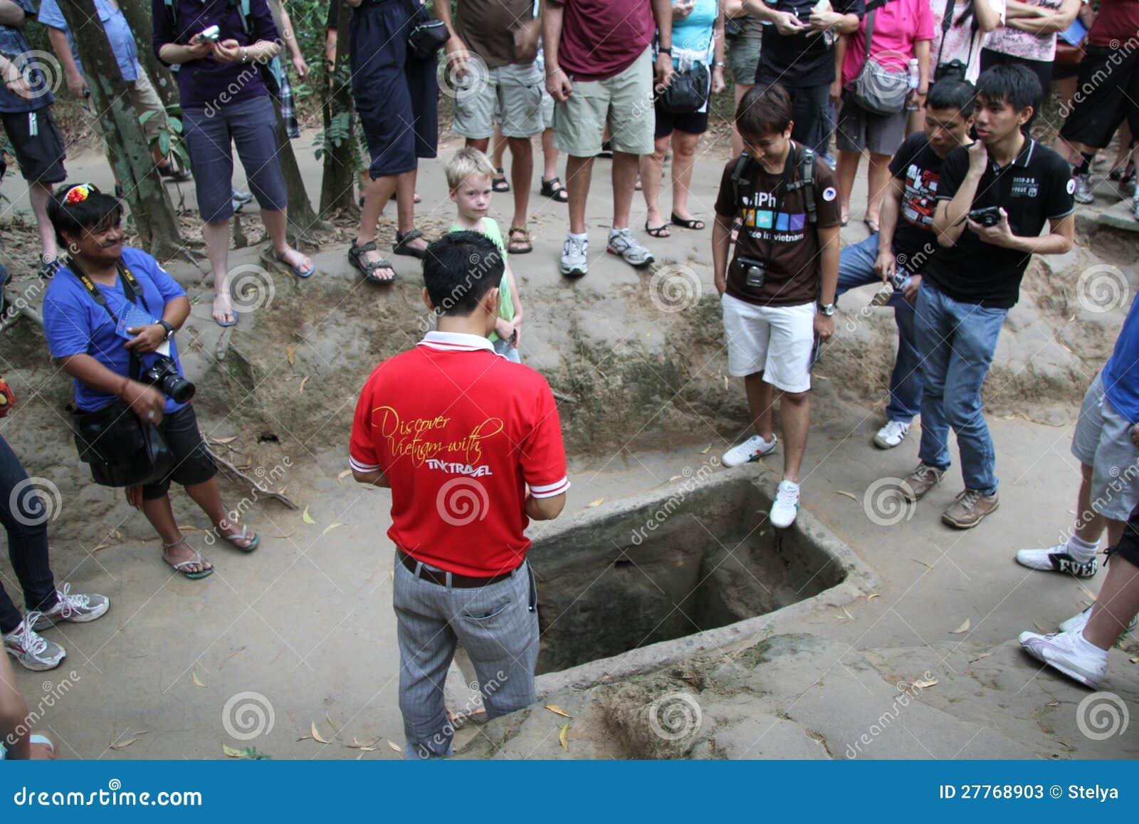 Les touristes au Chi de Cu perce un tunnel le Vietnam
