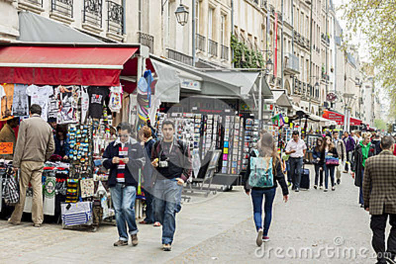 les touristes marchent apr s un caf t ria et un magasin de souvenir paris franc photo stock. Black Bedroom Furniture Sets. Home Design Ideas
