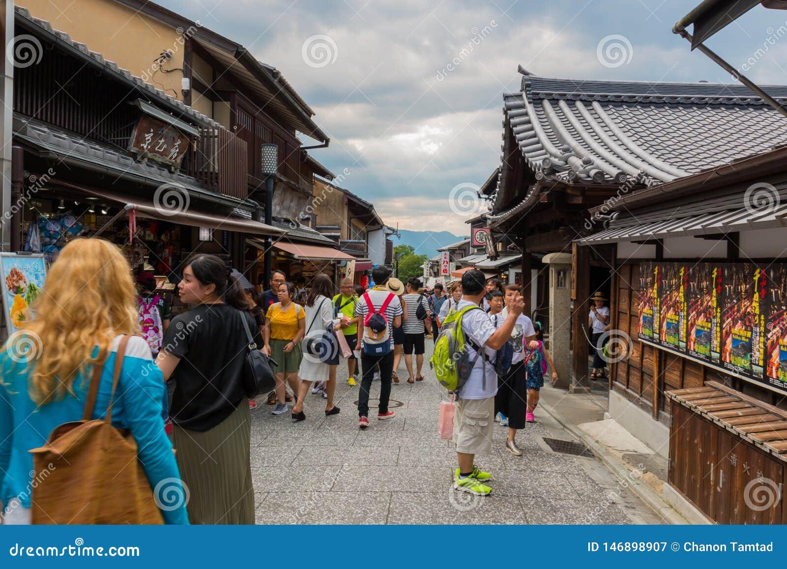 Les touristes marchent sur une rue autour du temple Kyoto, Japon de Kiyomizu-dera