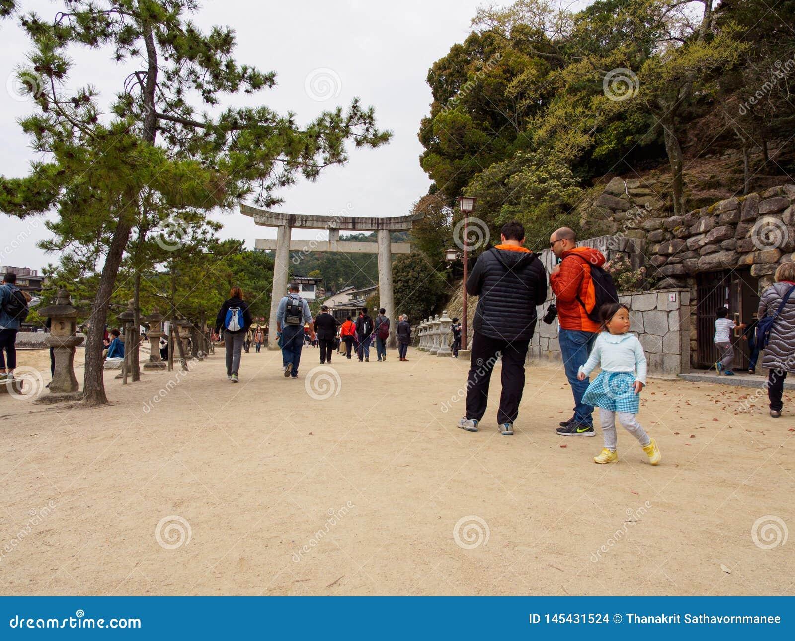 Les touristes sortent le tombeau d Itsukushima par la porte de Torii, Hiroshima, Japon