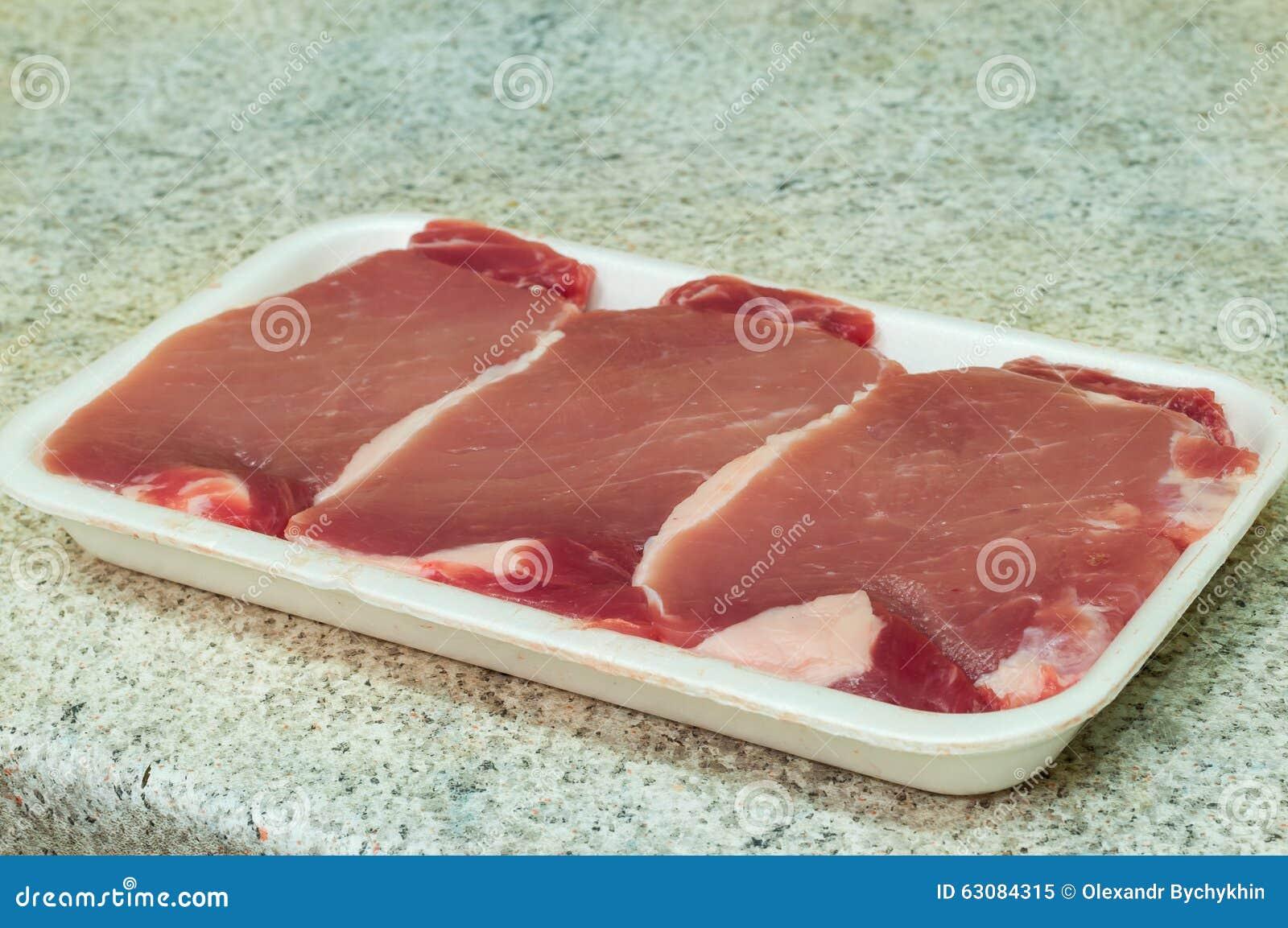 Download Les Tranches De Bifteck De Boeuf Sur La Viande Bifurquent En Emballage Dessus Image stock - Image du évaluation, emballage: 63084315
