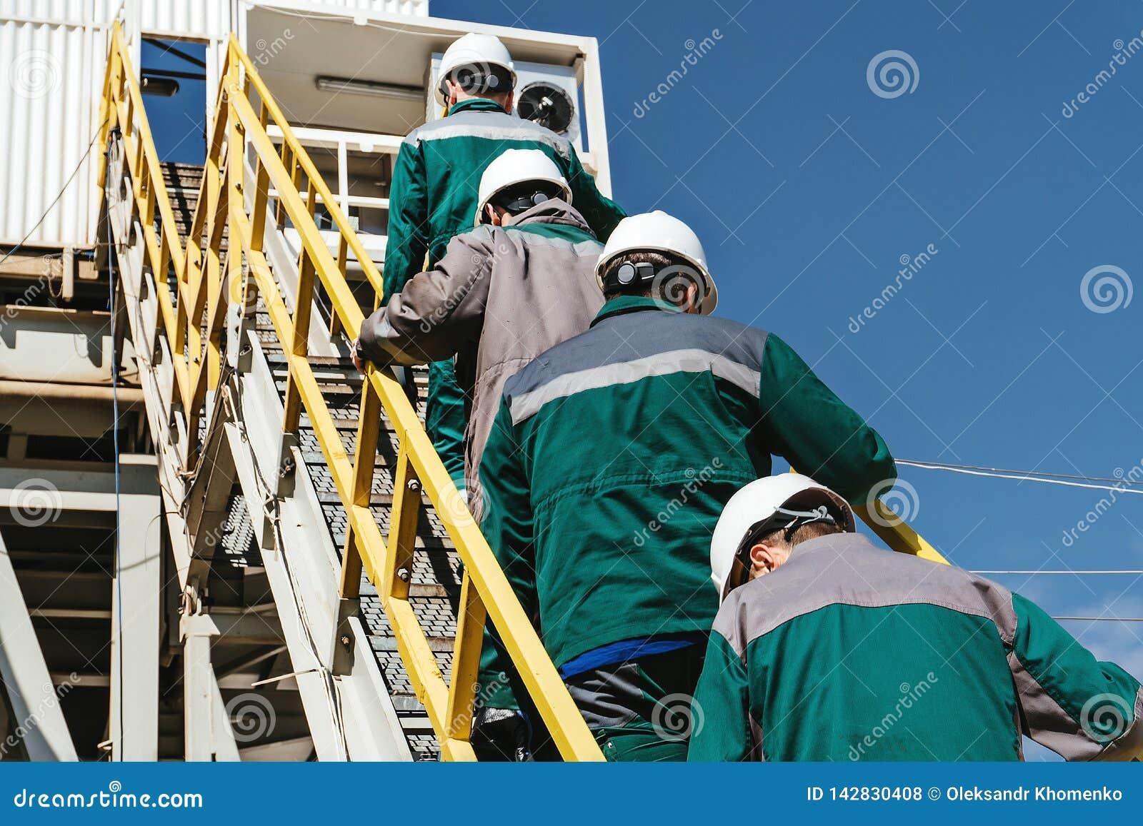 Les travailleurs vont à la plate-forme pétrolière
