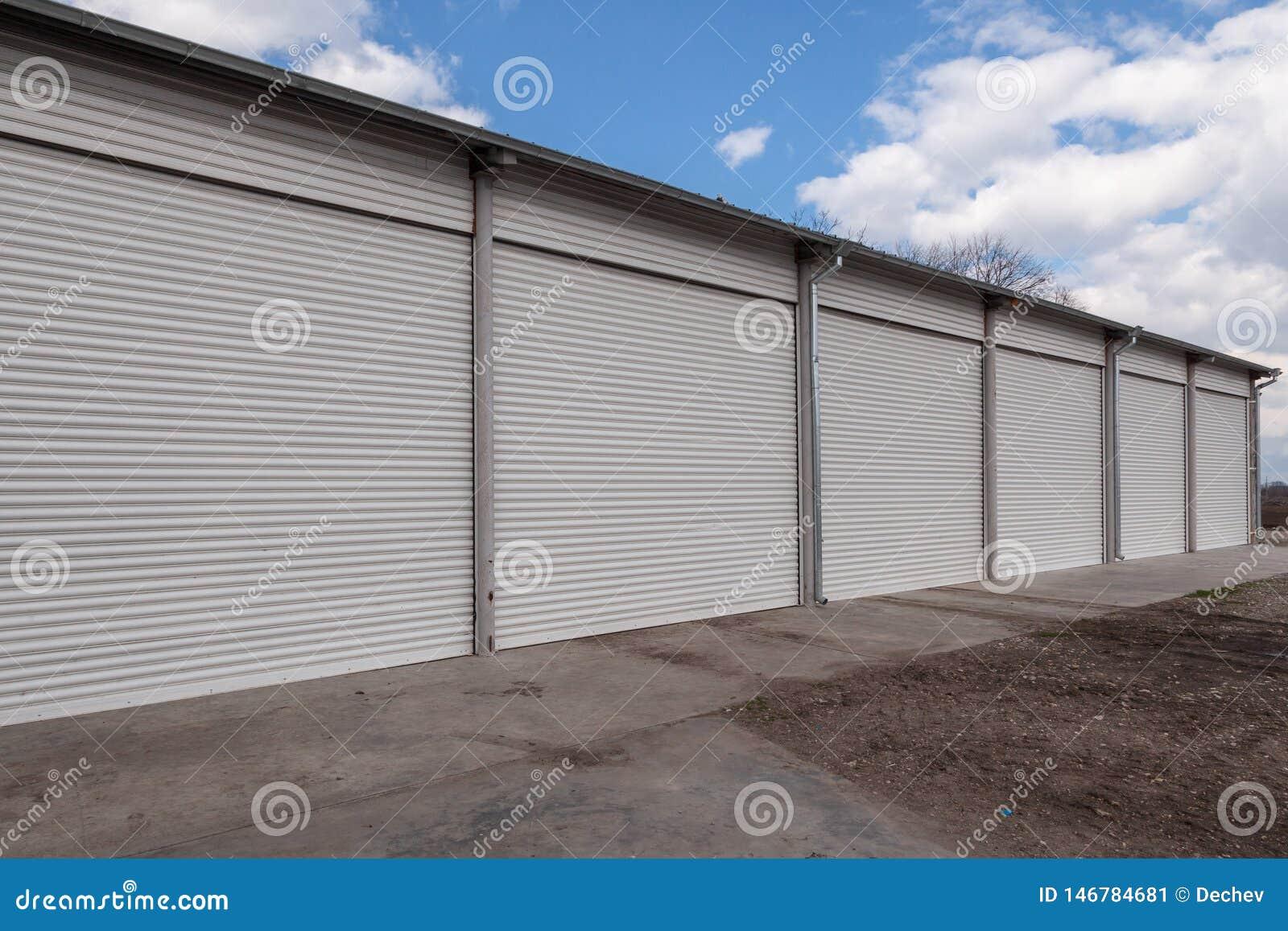 Les unit?s de stockage avec le rouleau shutter des portes dans la zone industrielle