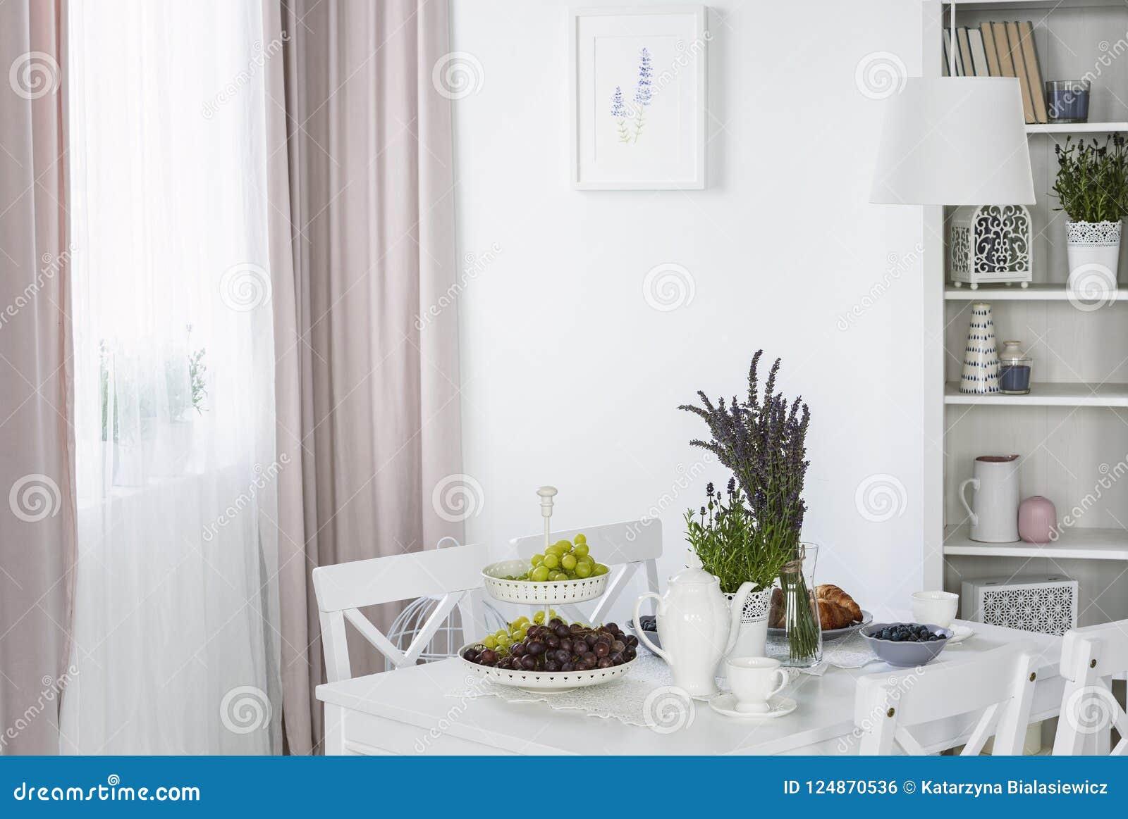 Habiller Un Poteau Interieur les usines sur la table blanche dans l'intérieur lumineux de