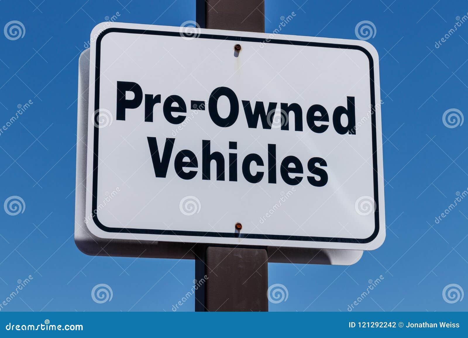 Les véhicules pré possédés signent à un concessionnaire automobile utilisé I