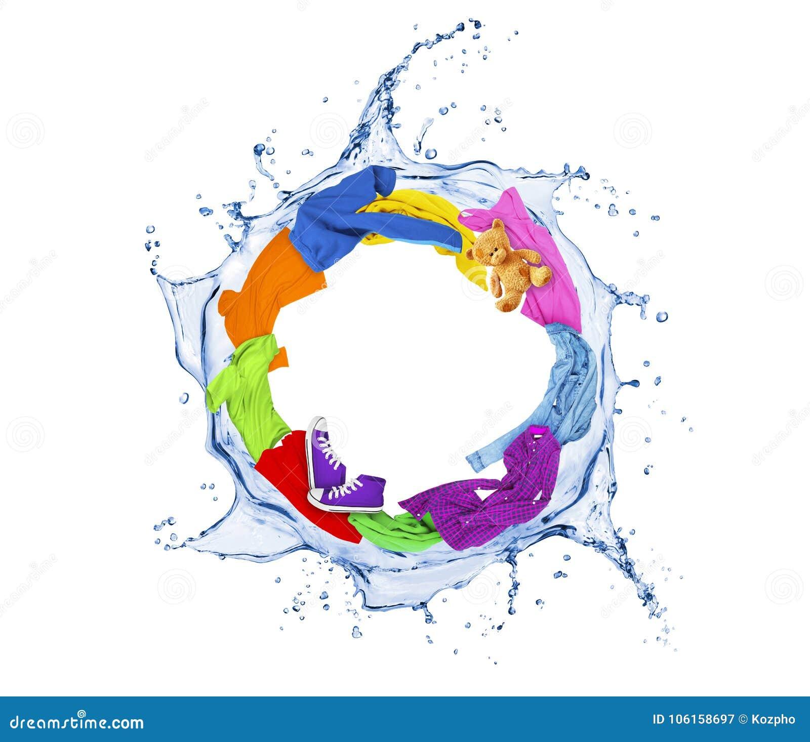Les vêtements colorés tourne dans un tourbillonnement éclabousse de l eau sur le blanc