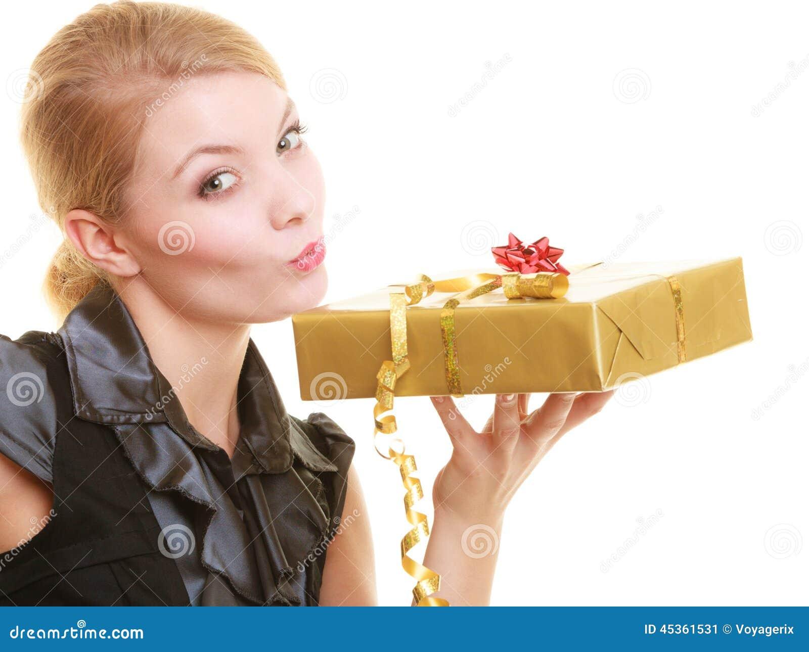 Les vacances aiment le concept de bonheur - fille avec le boîte-cadeau