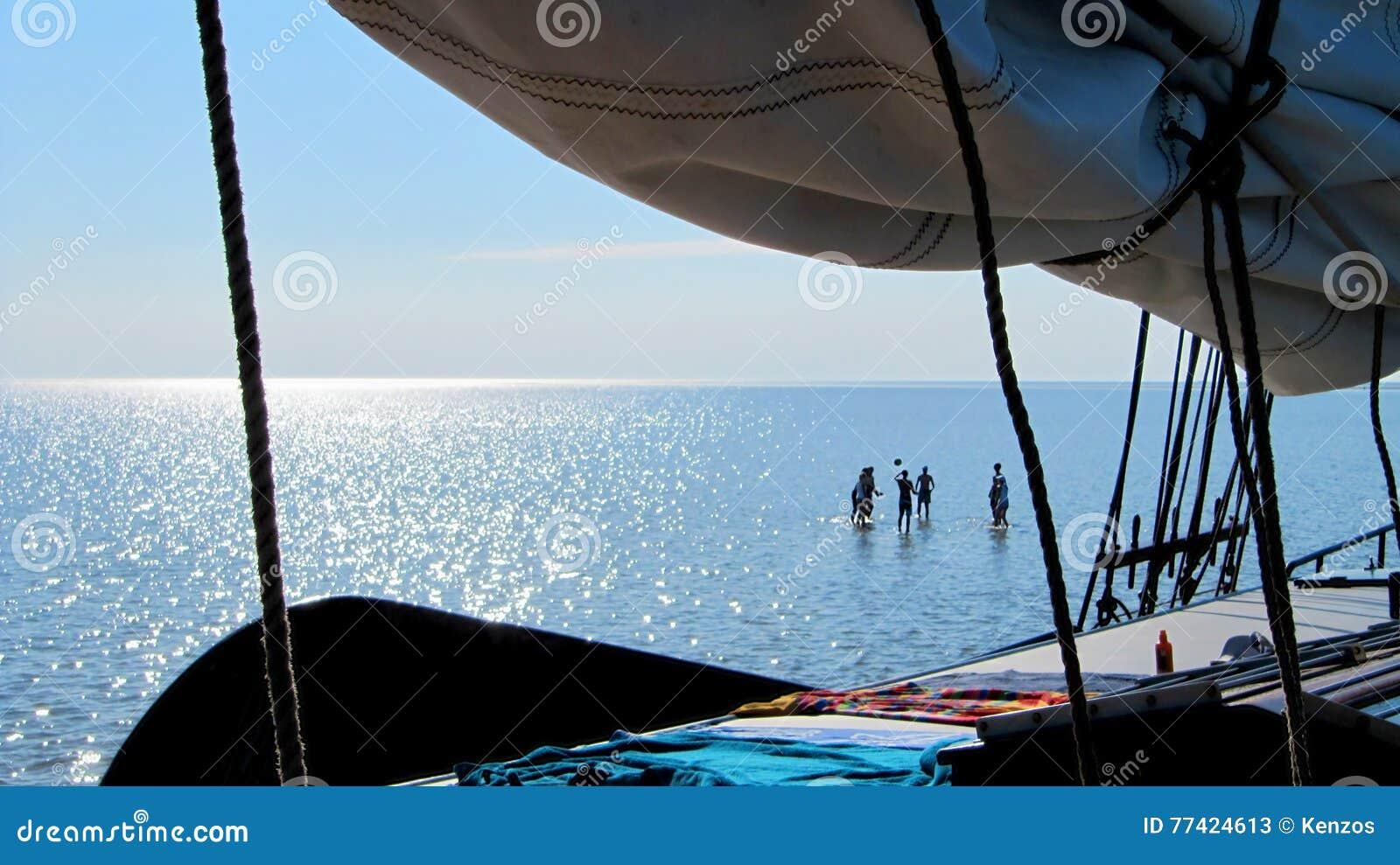 Les vacances de navigation, les gens jouent la volée sur le mudflat