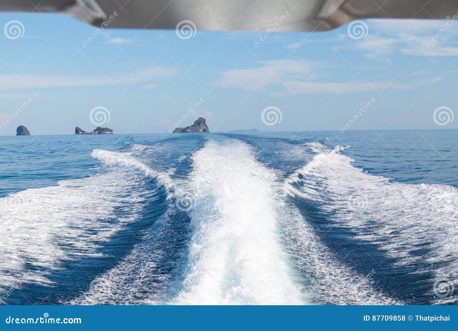 Les vagues d un fond ultra-rapide de bateau et d île, foyer sélectif