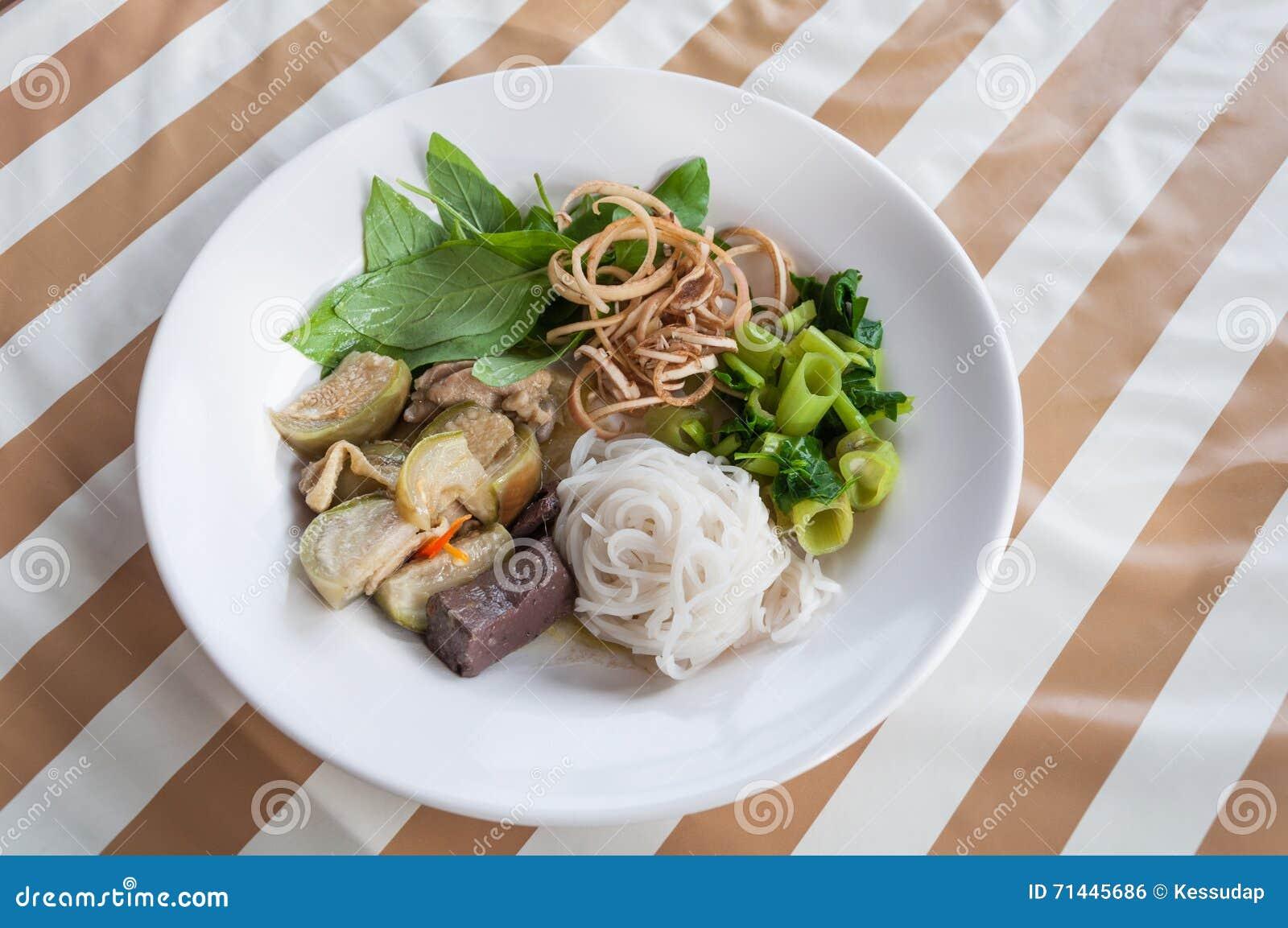 Les vermicellis thaïlandais de riz avec le cari de vert de poulet