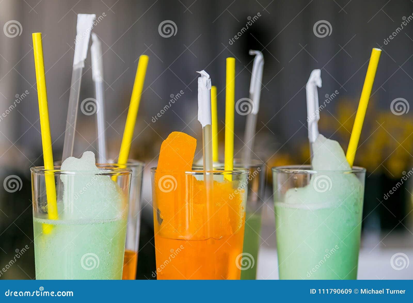 Les verres de bienvenue oranges et bleus au festival de printemps font la fête l événement