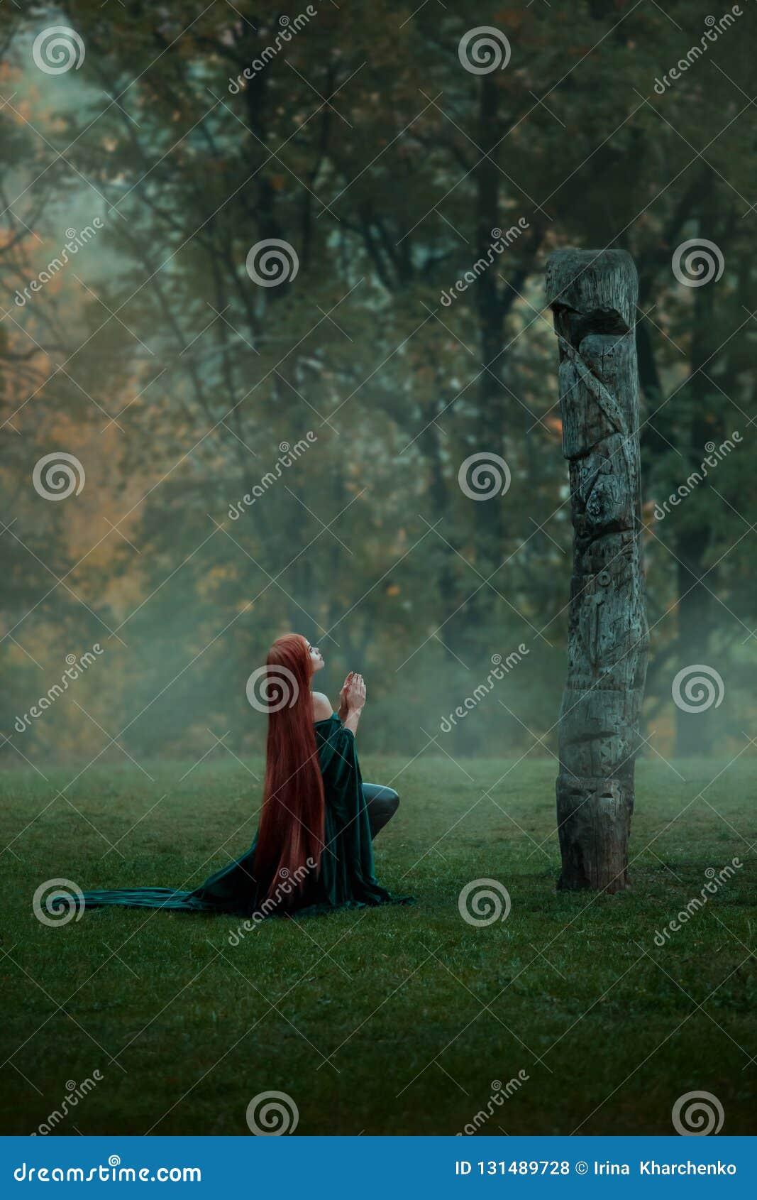 Les vies de jeune fille de Womderful dans une forêt brumeuse, vient à une clairière sur une colline à une divinité pour la prière