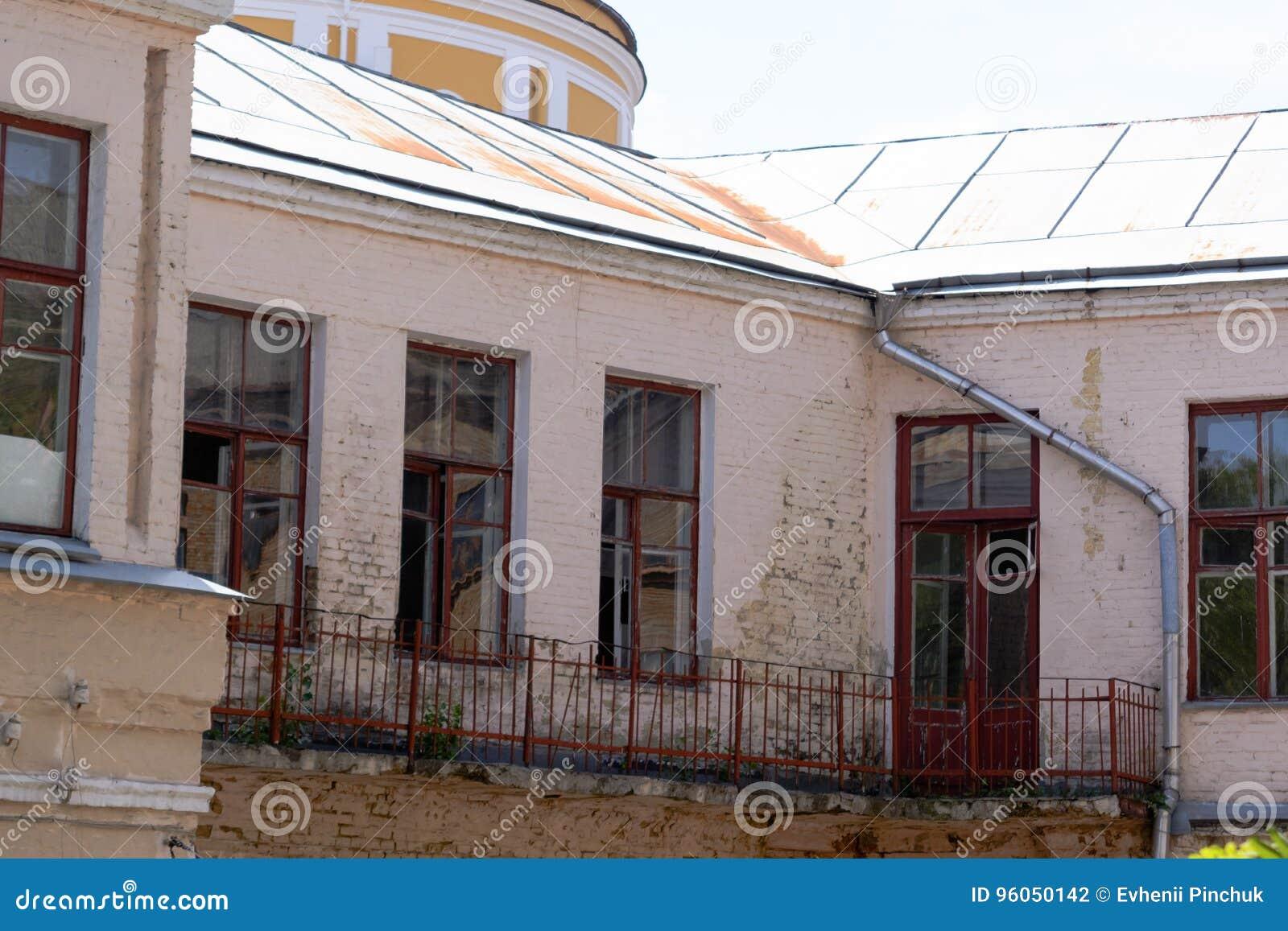 Les vieux détails architecturaux du vintage logent le balcon en bois