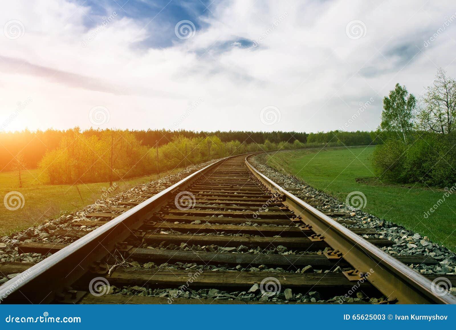 Les voies de chemin de fer l été vert aménagent en parc au coucher du soleil