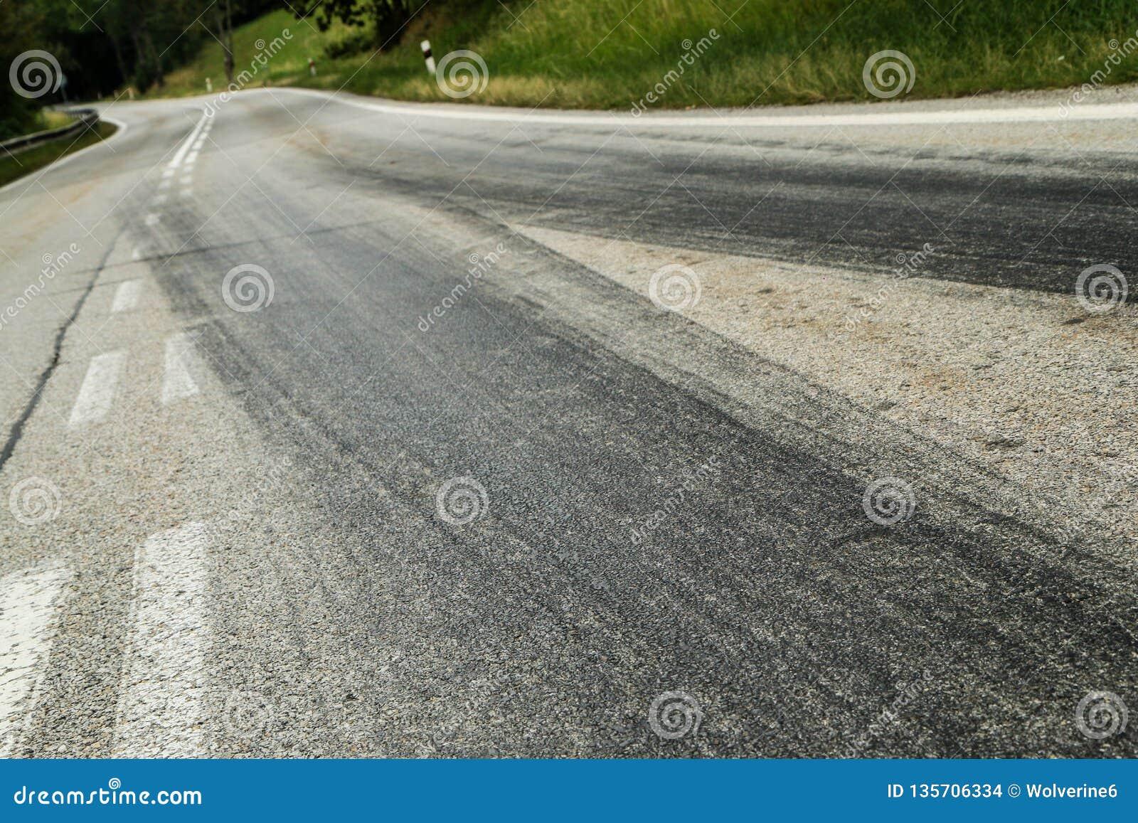 Les voies en caoutchouc des voitures de course