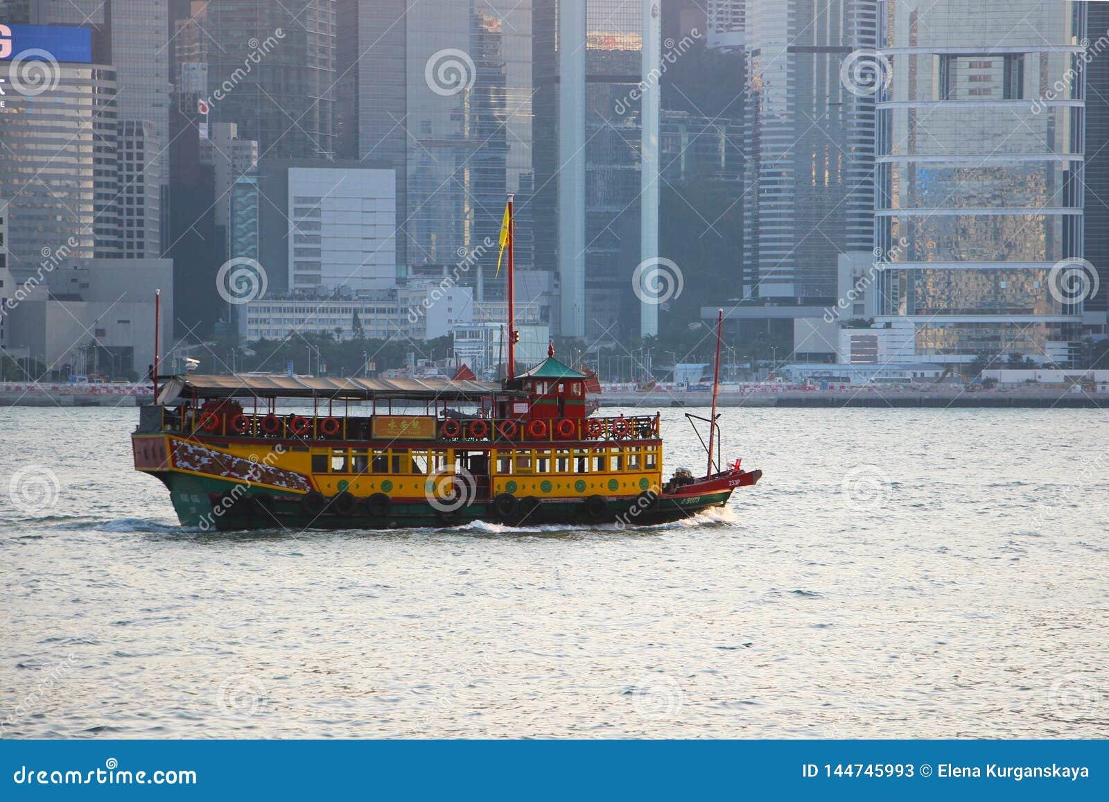 Les voiles de ferry sur la mer