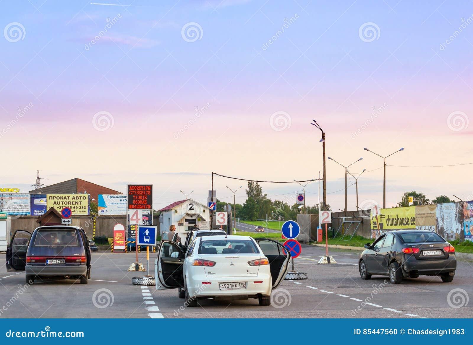 Les voitures de tourisme privées se sont garées dans le refuge à la frontière Estonien-russe d état