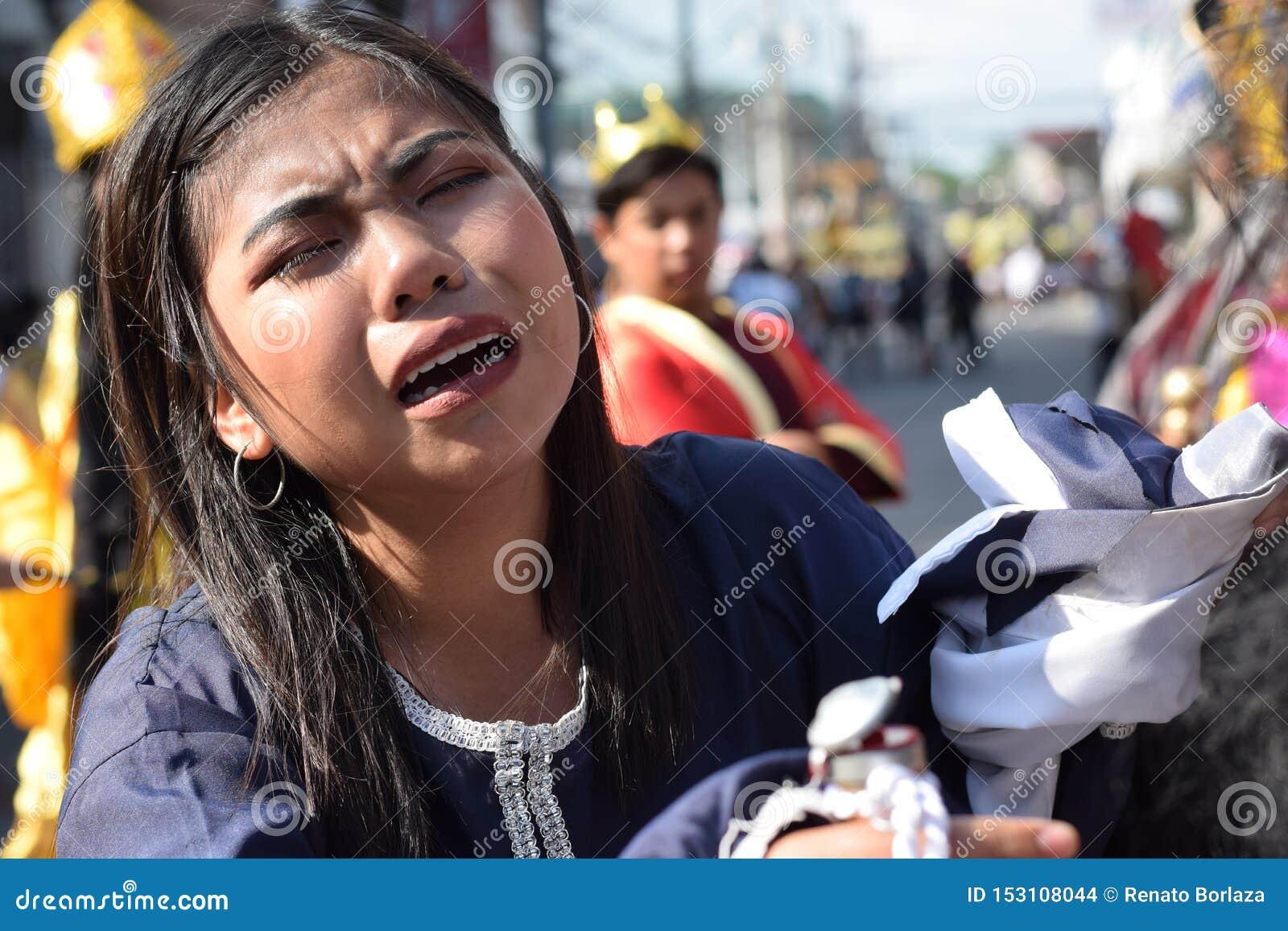 Les vraies larmes émettent des yeux d une pitié se sentante de femme à Jesus Christ, drame de rue, la communauté célèbre la repré