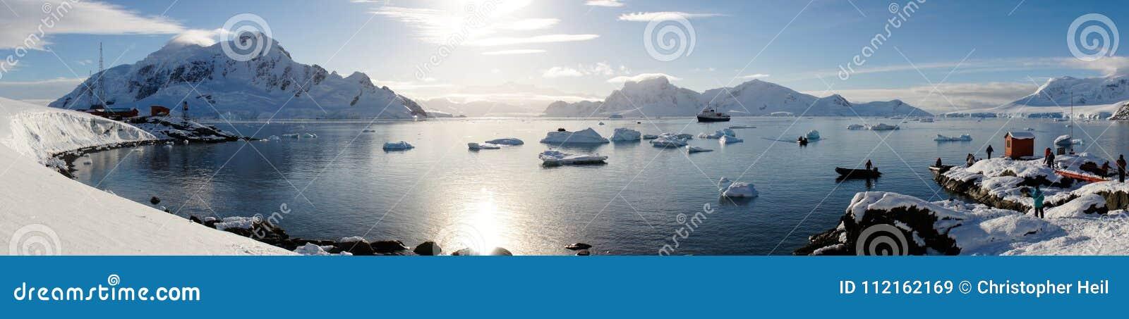 Les vues de Milou de la station de Brown sur le paradis hébergent/îles en Antarctique