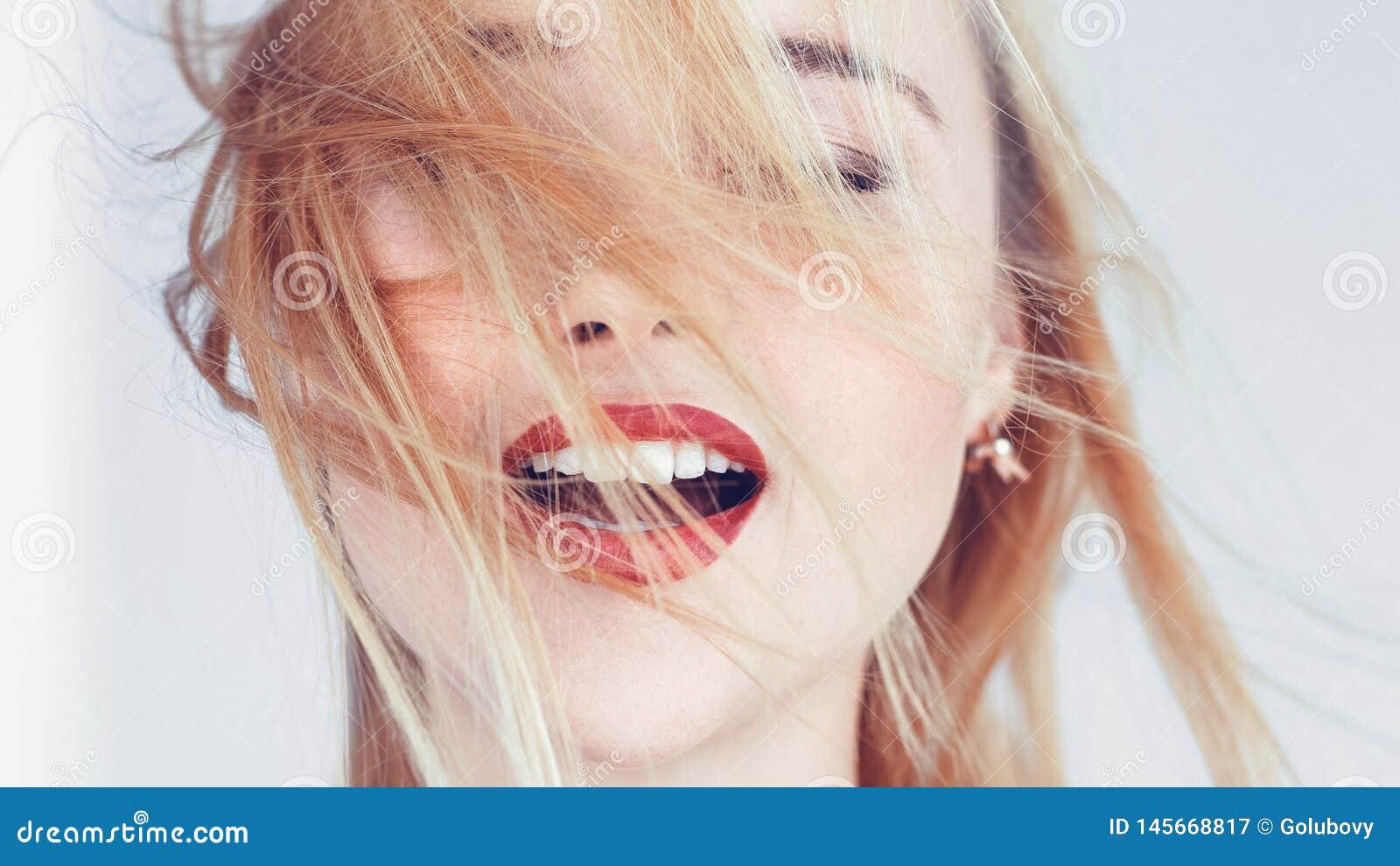 Les yeux blonds de femme ont clôturé la relaxation ouverte de bouche