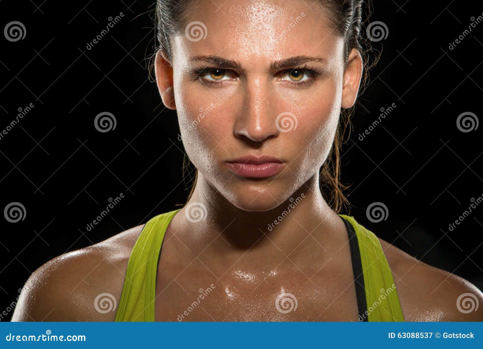 Download Les Yeux Intenses De Regard Fixe Ont Déterminé La Fin Puissante Femelle De Combattant De Femme Sûre En Sueur Tirée Par Tête D'écl Image stock - Image du fitness, tête: 63088537