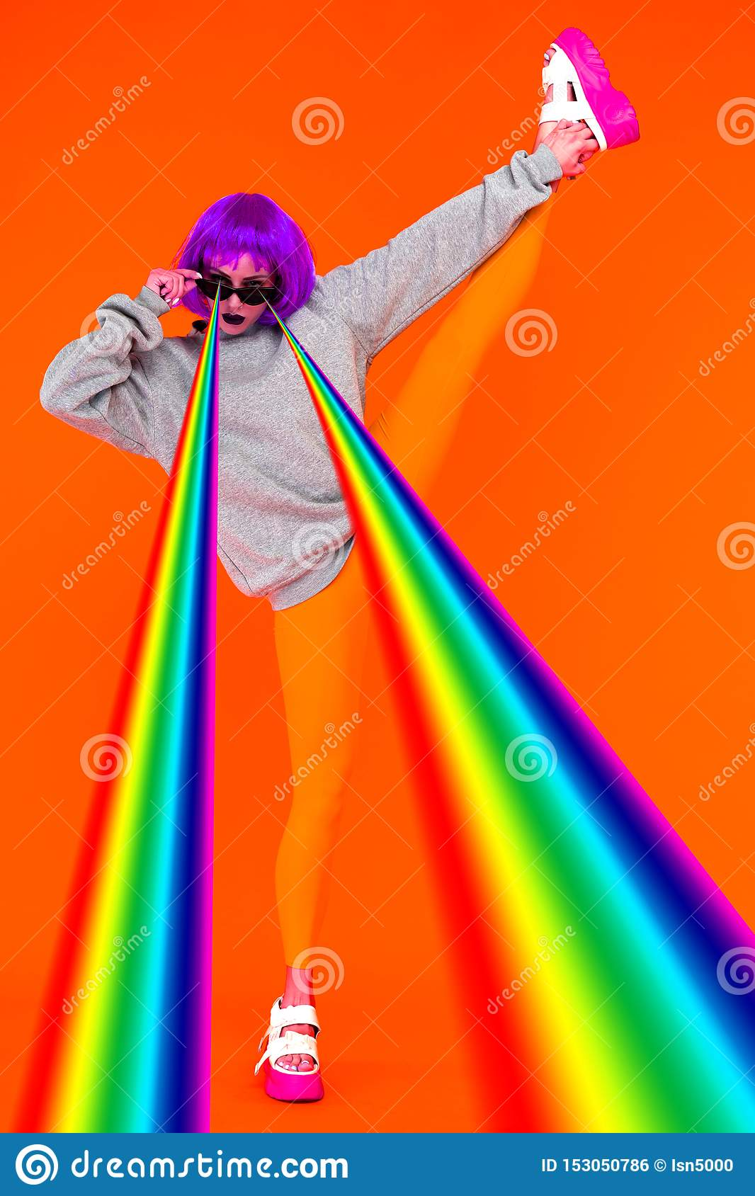 Lesbijska dziewczyna w purpurowej peruce i okularów przeciwsłonecznych krótkopędów lasery od jego oko tęczy pozycji na pomarańczo