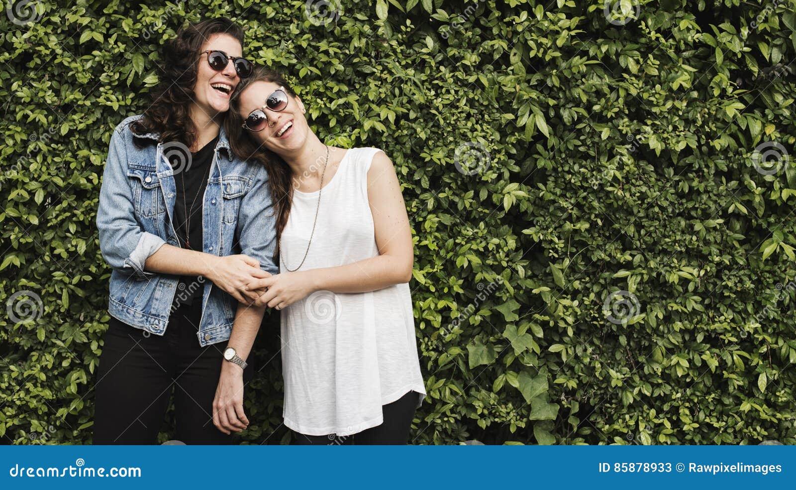 Lesbisches Paar-zusammen draußen Konzept
