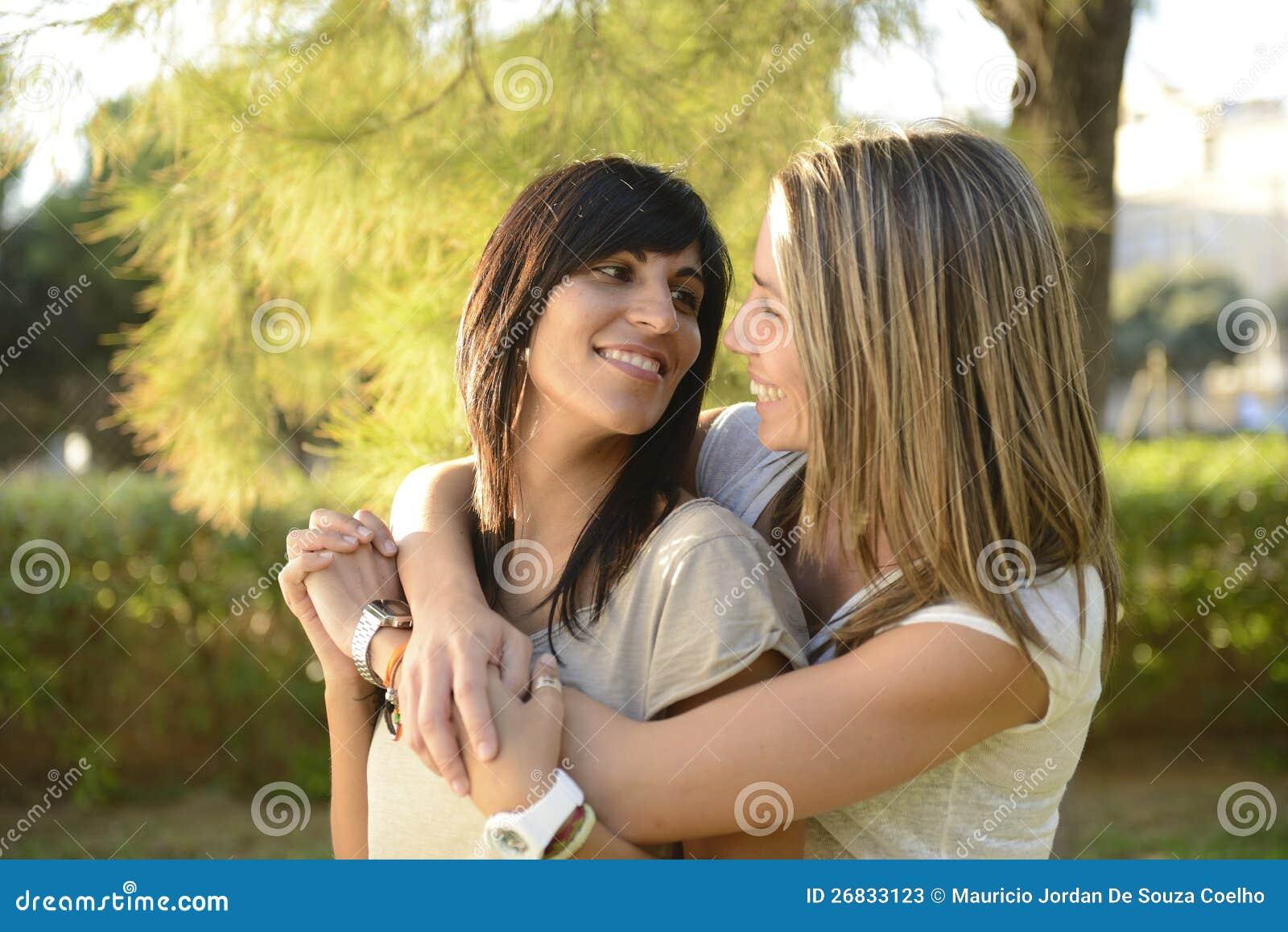 Lesbisches Paarumarmen