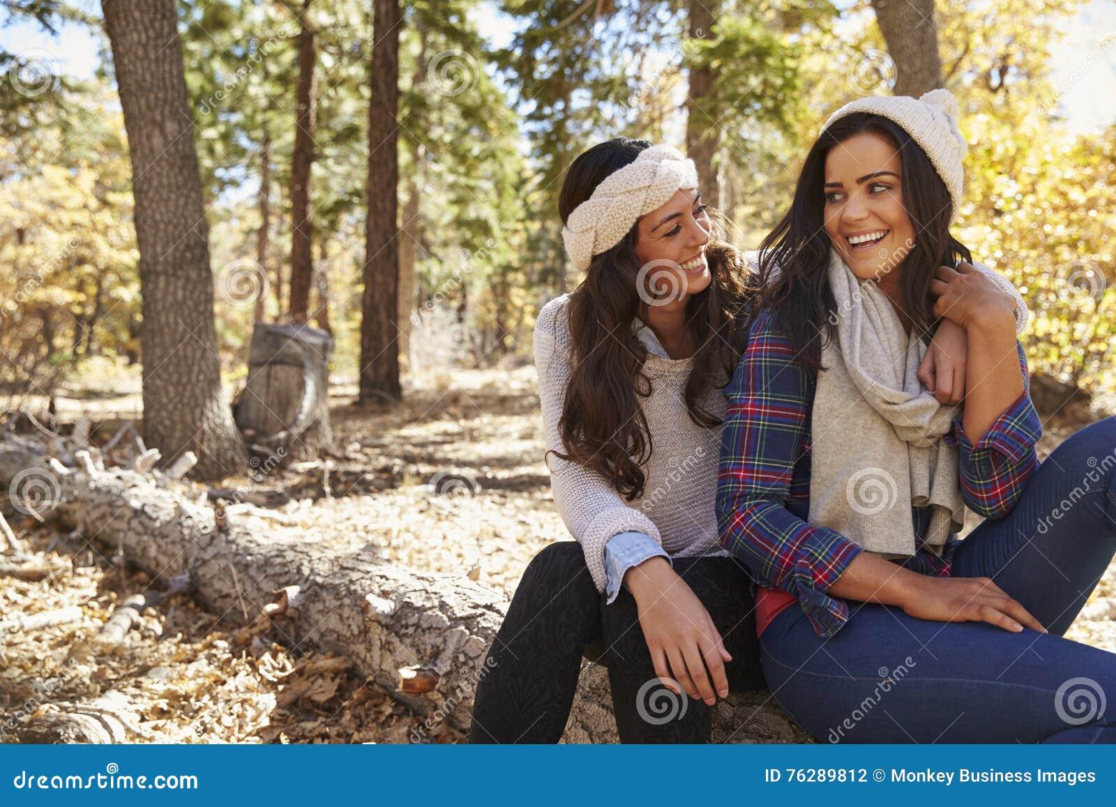 Lesbiskt parsammanträde i en skog som ser de