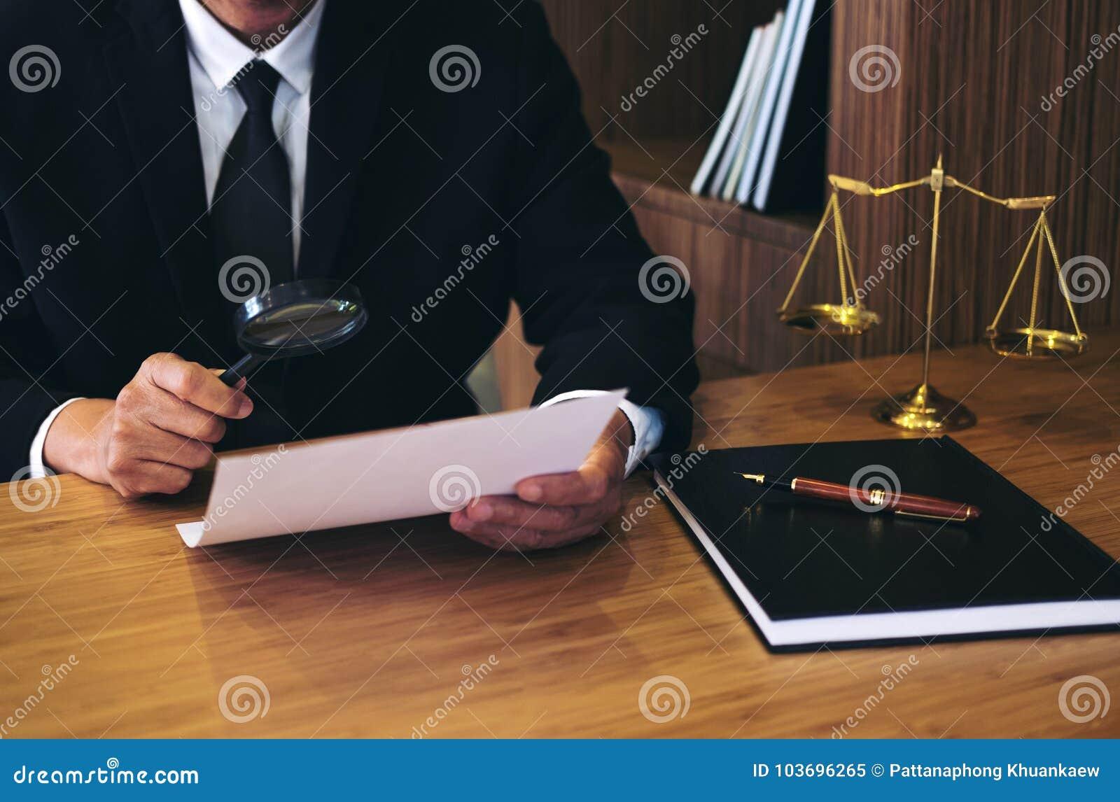 Lesende legale Vertragsvereinbarung des männlichen Rechtsanwalts und Untersuchungsdokument