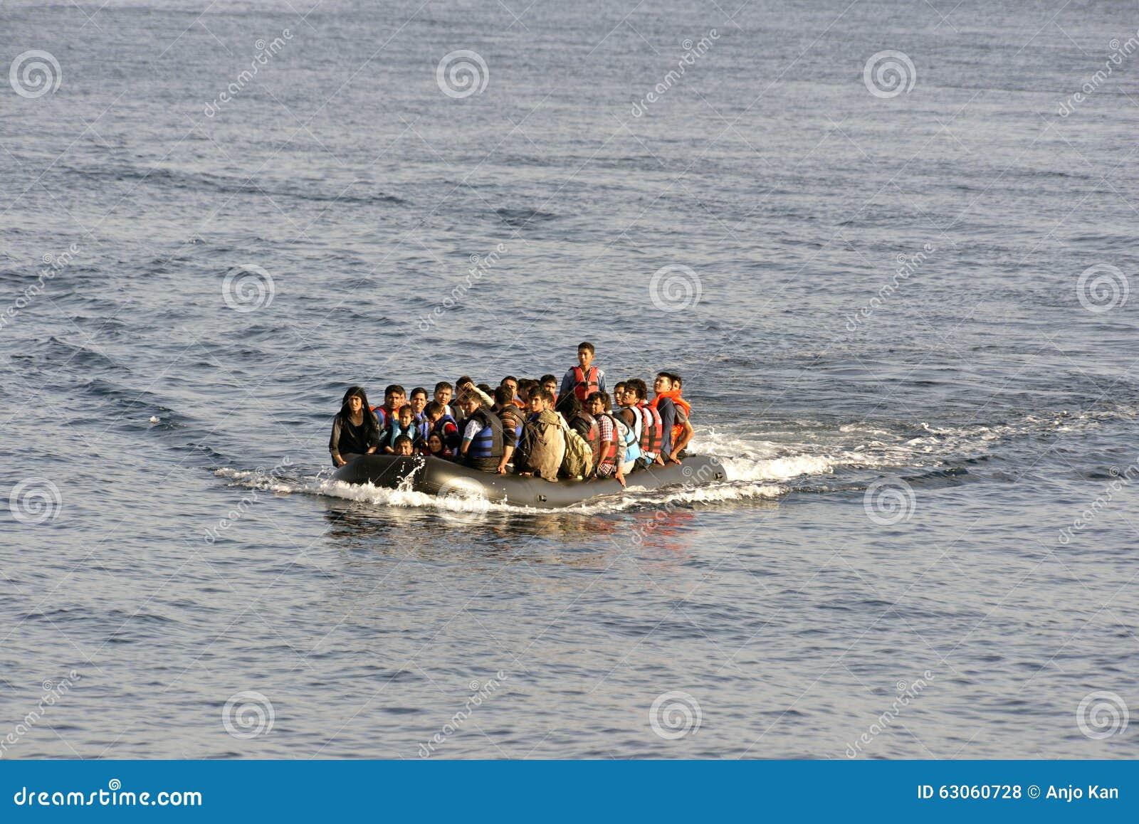 LESVOS, GRECIA 12 de octubre de 2015: Refugiados que llegan en Grecia en barco sórdido de Turquía