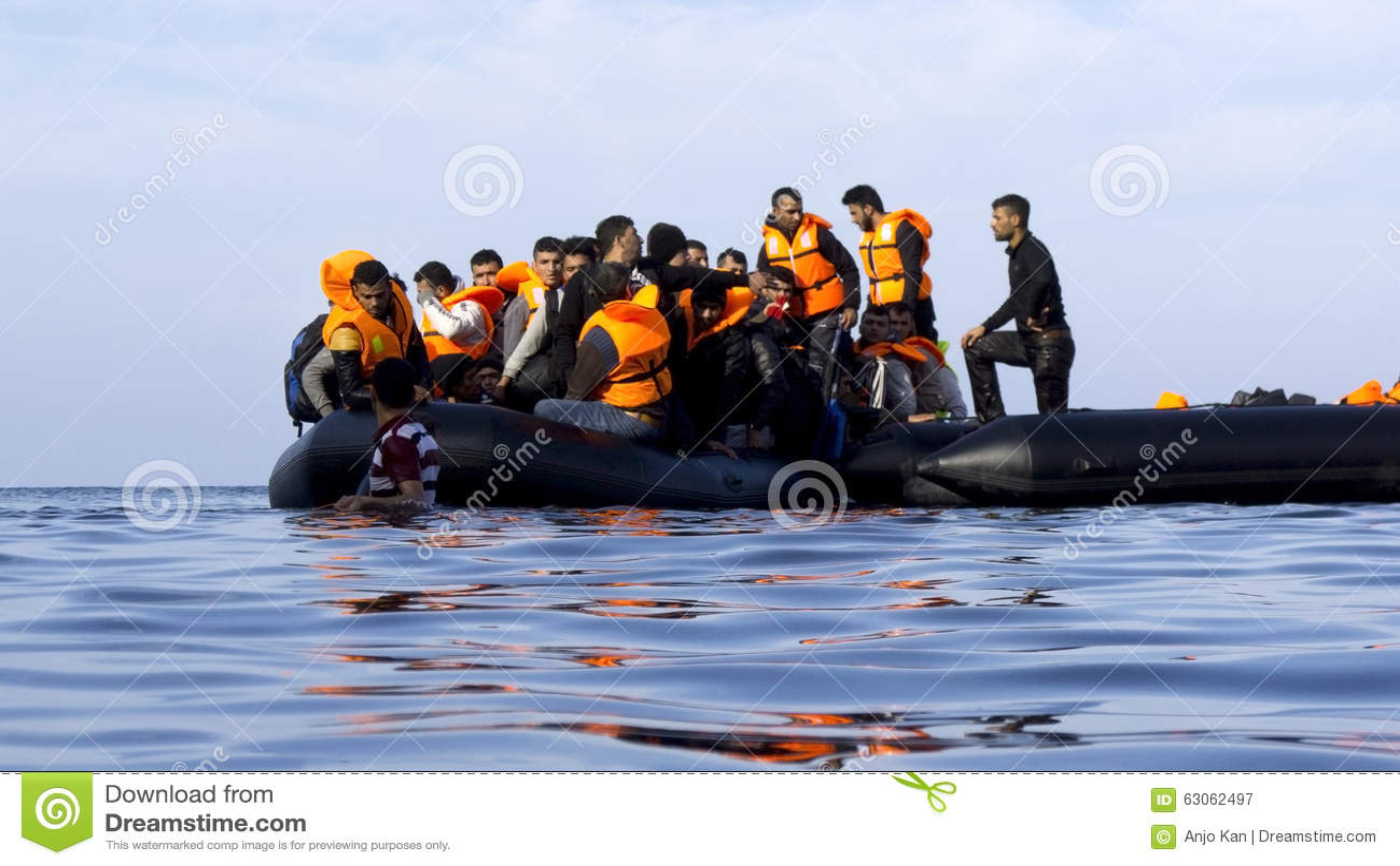 LESVOS, GRECJA Październik 18, 2015: Uchodźcy przyjeżdża w Grecja w obskurnej łodzi od Turcja