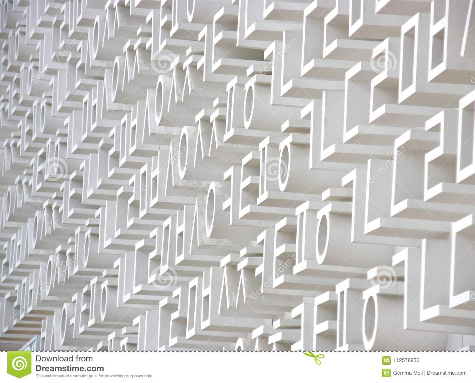 Leters coreanos em uma parede branca