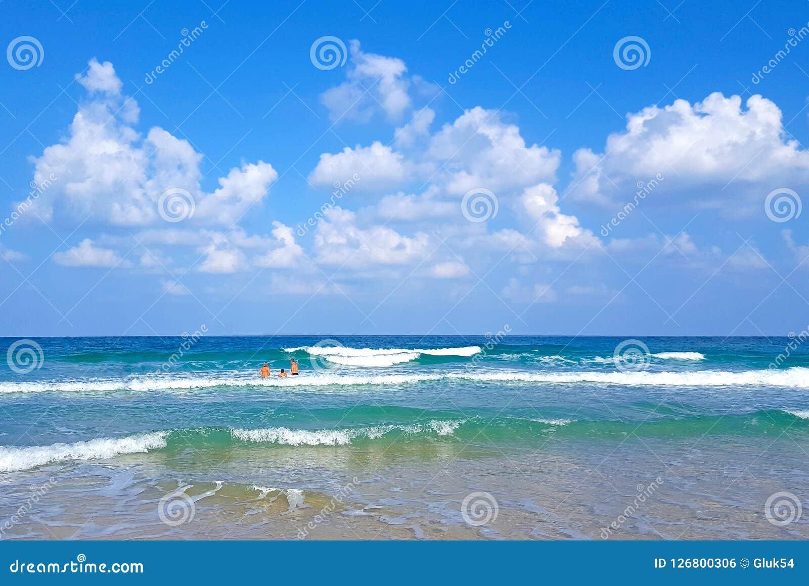 Letnicy kąpać i pływają w fala morze śródziemnomorskie