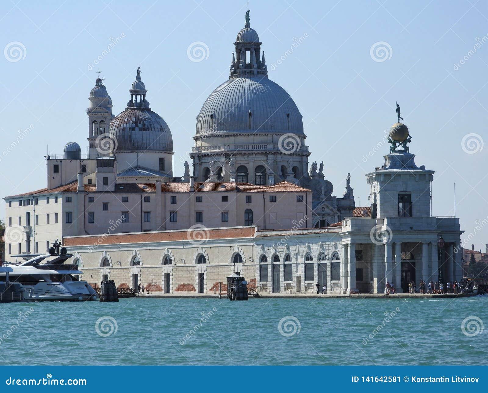 Letniego dnia widok od wody Wenecka laguna z bazyliką Santa Maria della salut w Wenecja, Włochy