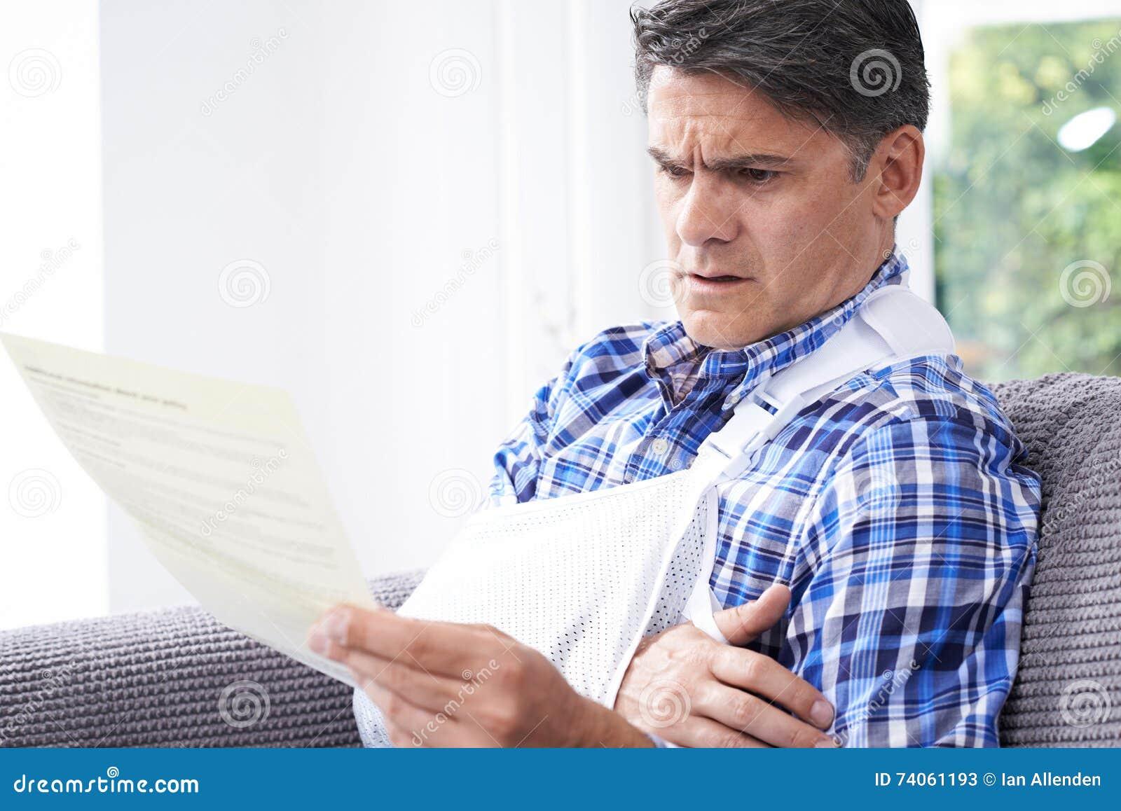 Letra madura da leitura do homem sobre ferimento