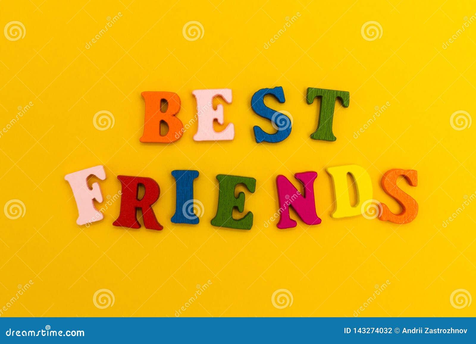 Letras coloridos em um fundo amarelo Melhores amigos