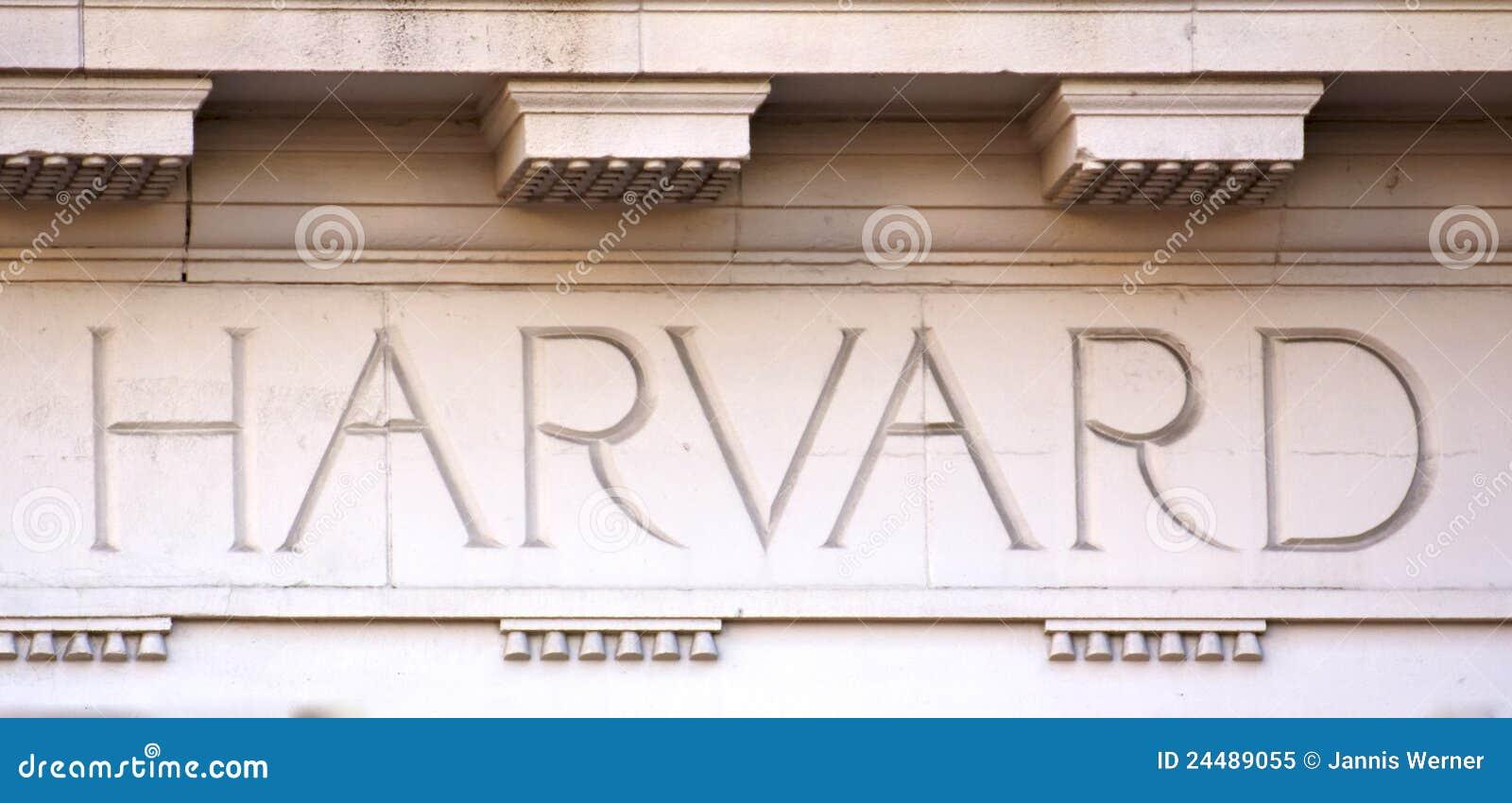 Letras de Harvard em um edifício da universidade
