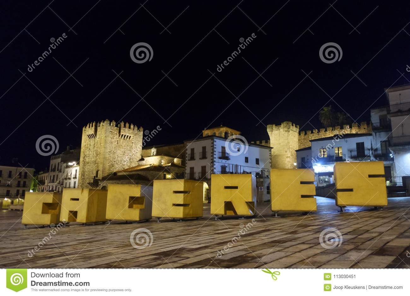Letras que representan la palabra caceres en la plaza principal en