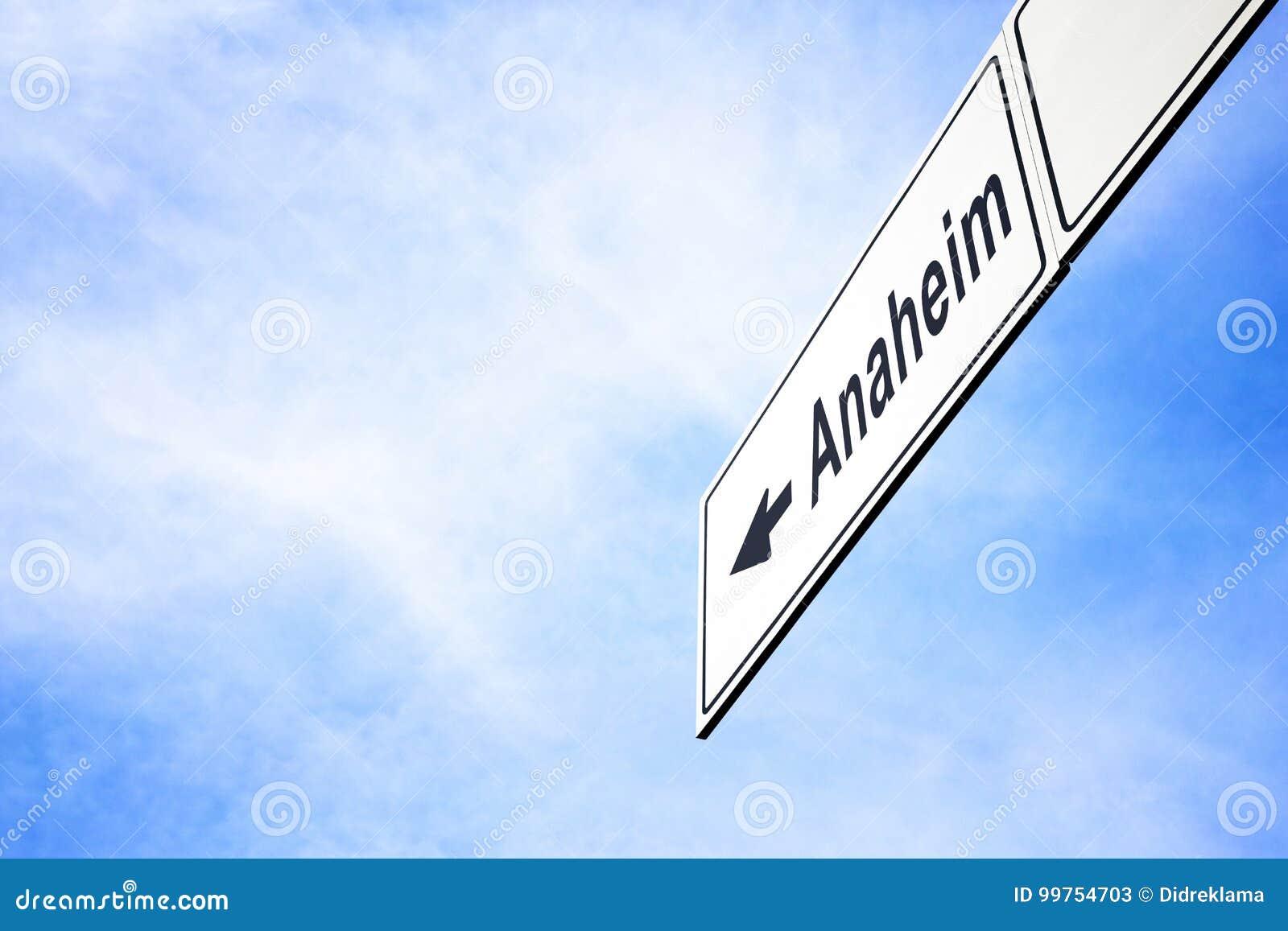 Letrero que señala hacia Anaheim