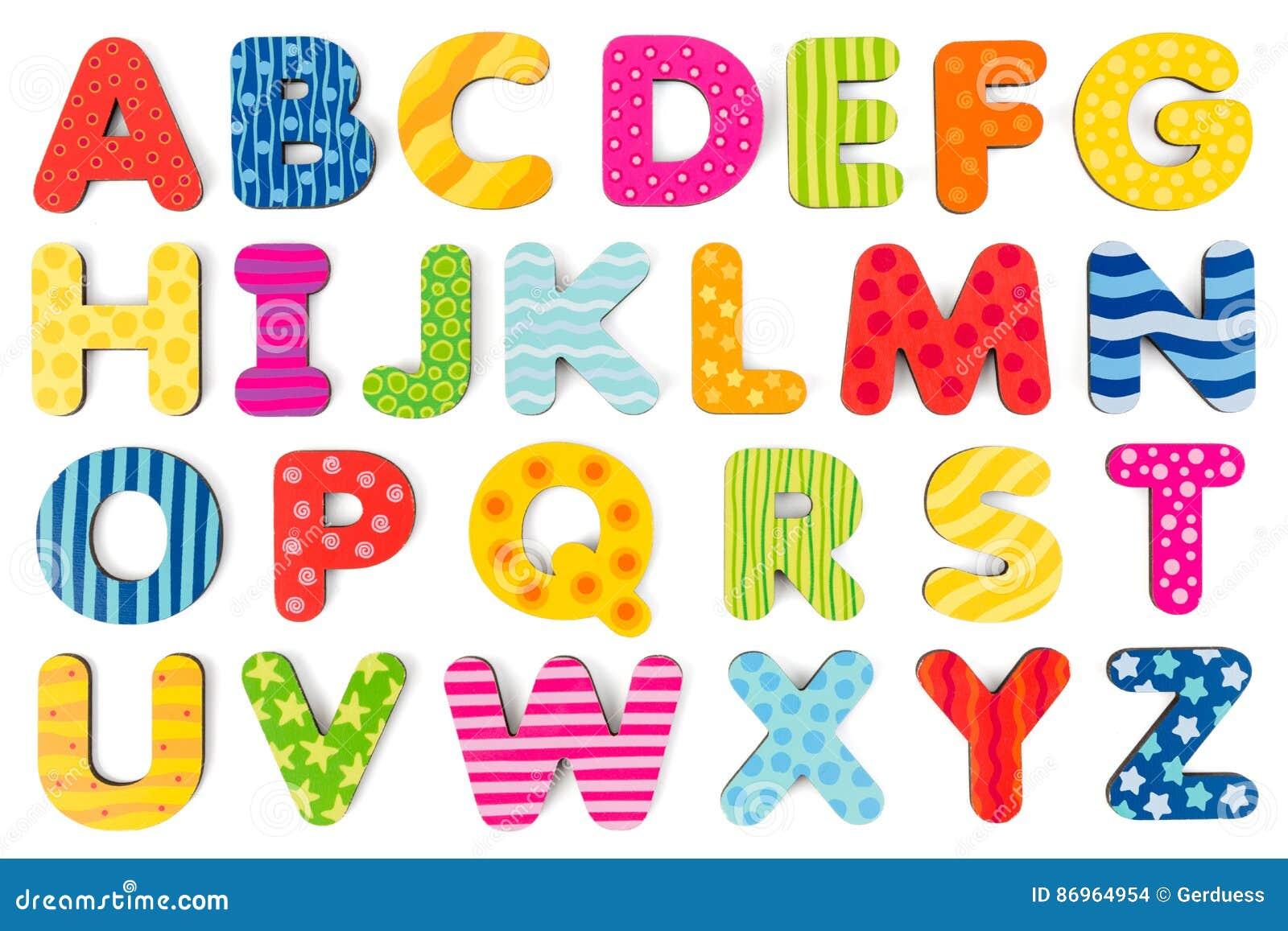 Lettere di legno variopinte di alfabeto su un fondo bianco