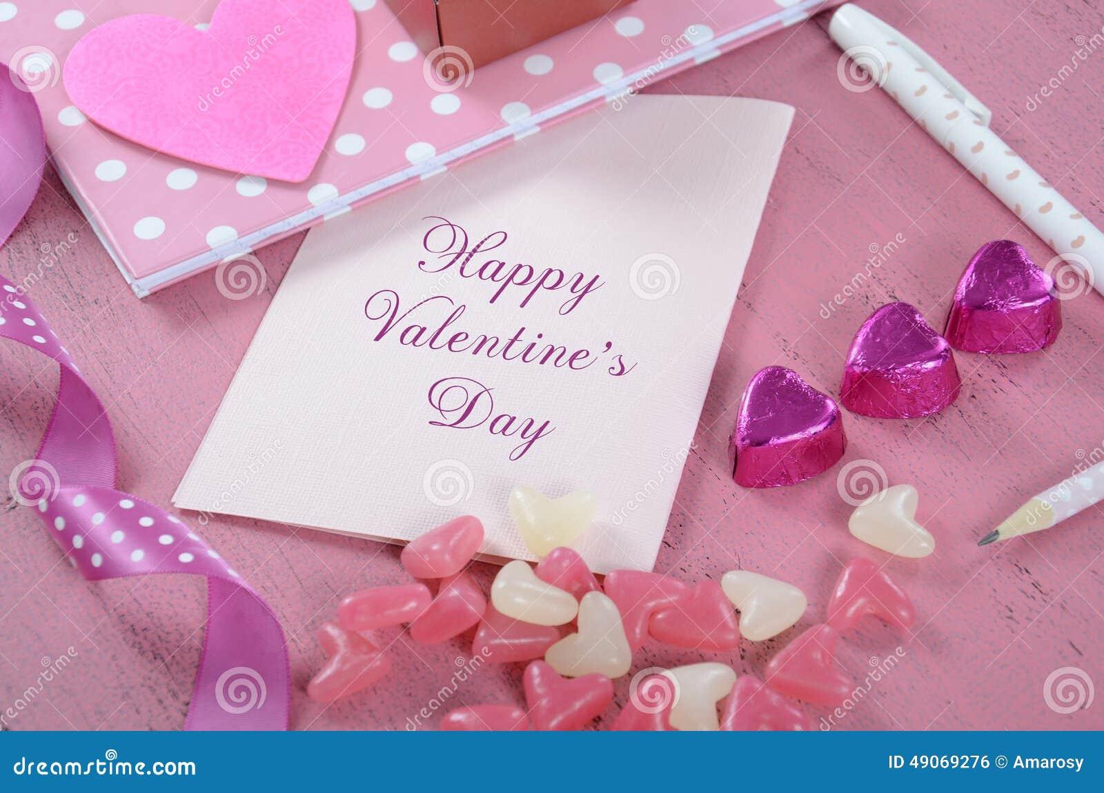 Lettere e carte di amore di scrittura per il giorno di biglietti di S. Valentino felice