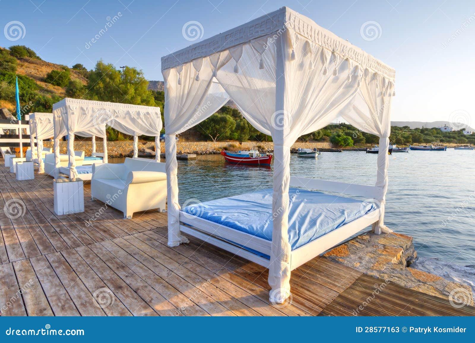 Letti bianchi sulla spiaggia pubblica di creta immagine for Letti bianchi