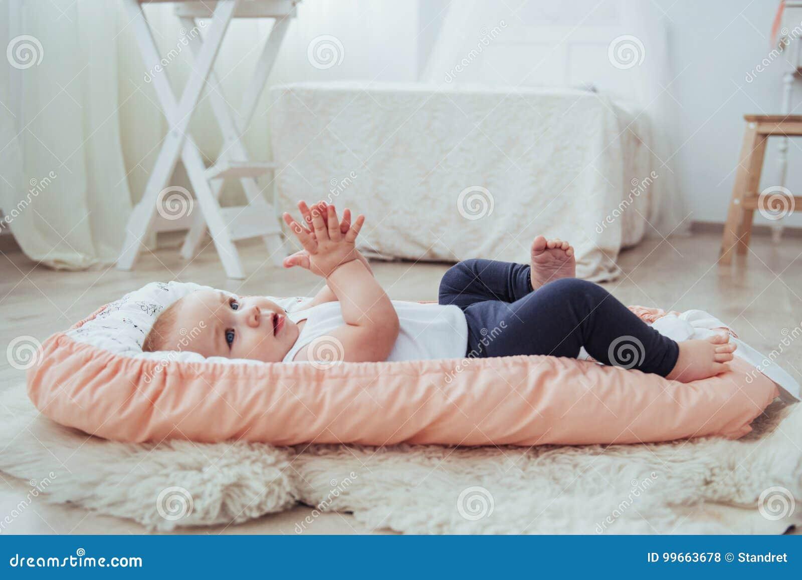 Letto Piccolo Per Bambini.Lettiera Per I Bambini Il Bambino Dorme A Letto Un Piccolo Bambino